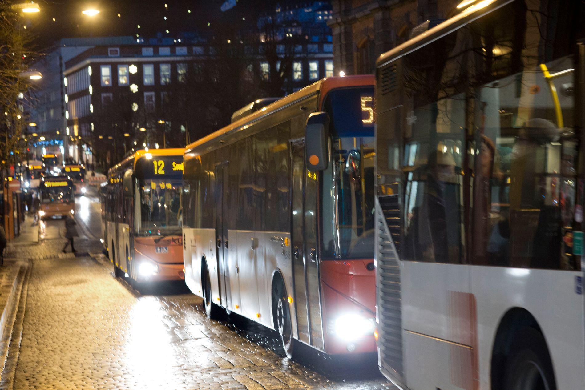 SJÅFØRMANGEL: Norge trenger 1000 nye bussjåfører årlig fremover, og næringen roper nærmest etter ny arbeidskraft. De kan begynne med å se nærmere på arbeidsforholdene til sjåførene, mener innsenderen.