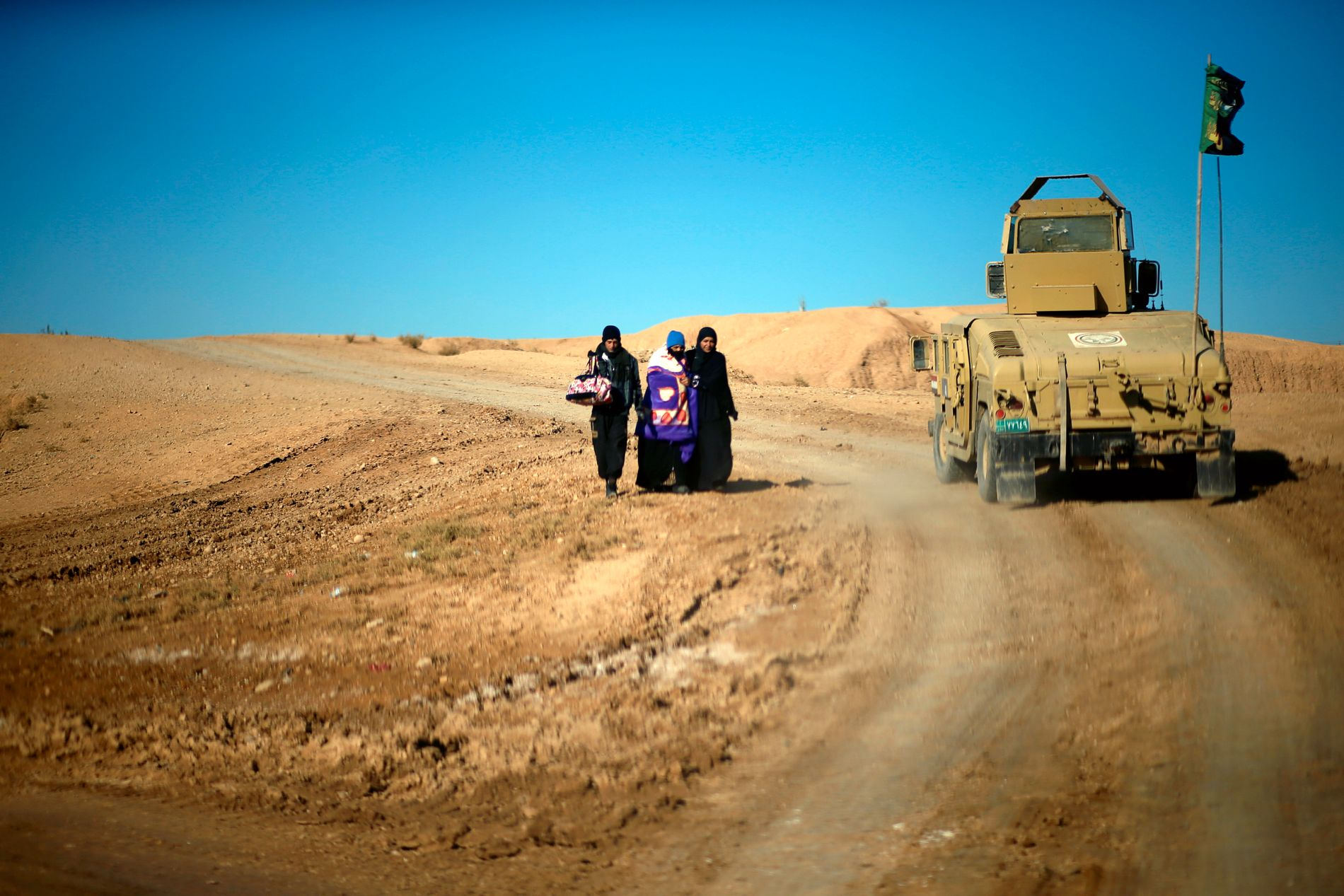 PÅ FLUKT: Bildet viser tre kvinner som har flyktet fra Mosul.