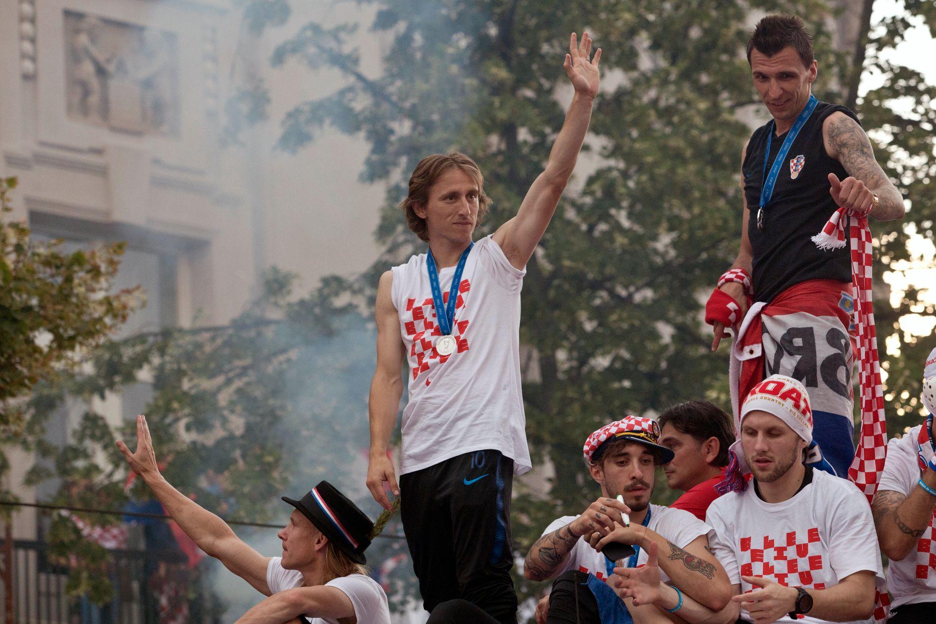 Luka Modric ble kåret til VMs beste spiller. Her vinker han til fansen hjemme i Zagreb.