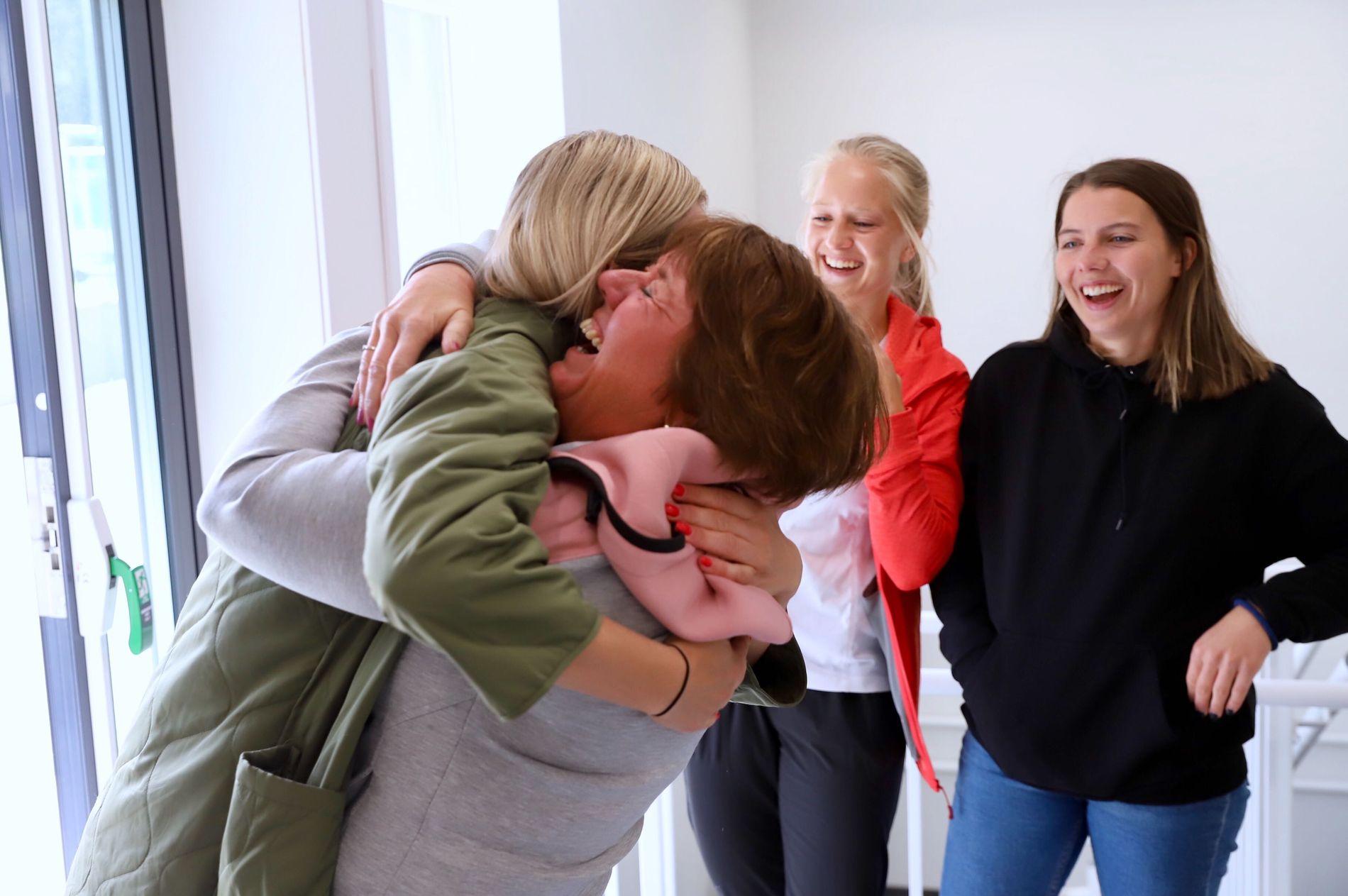 JUBEL: Sandviken-leder Mette Hammersland gir Stine Hovland en god klem etter at VM-uttaket ble klart. Også Amalie Eikeland og Cecilie Kvamme (til høyre) ble tatt ut.