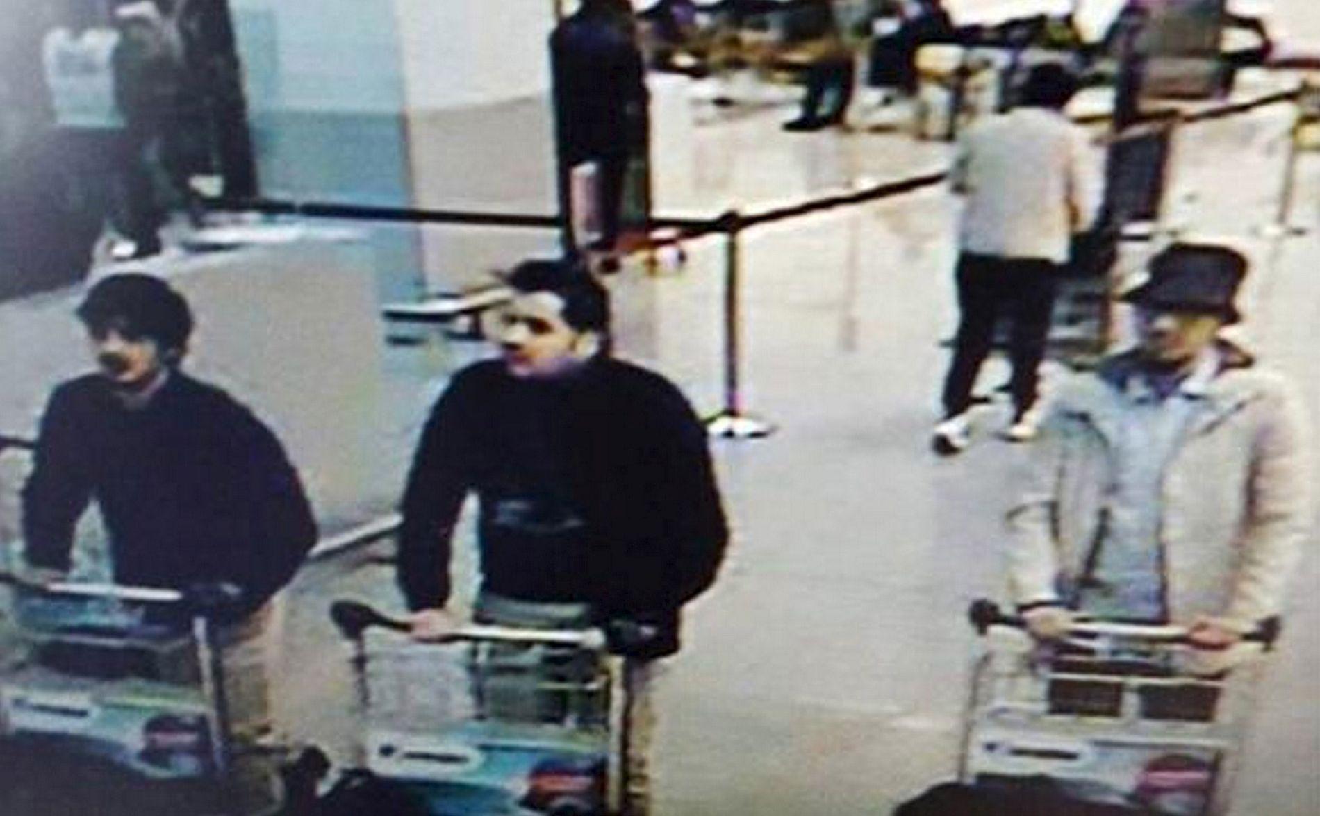 TERRORMISTENKTE: Dette overvåkningsbildet fra flyplassen i Brussel viser de antatte terroristene. De to til venstre skal ha utført selvmordsangrep. Manne til høyre på bildet skal nå være identifisert, muligens også pågrepet.