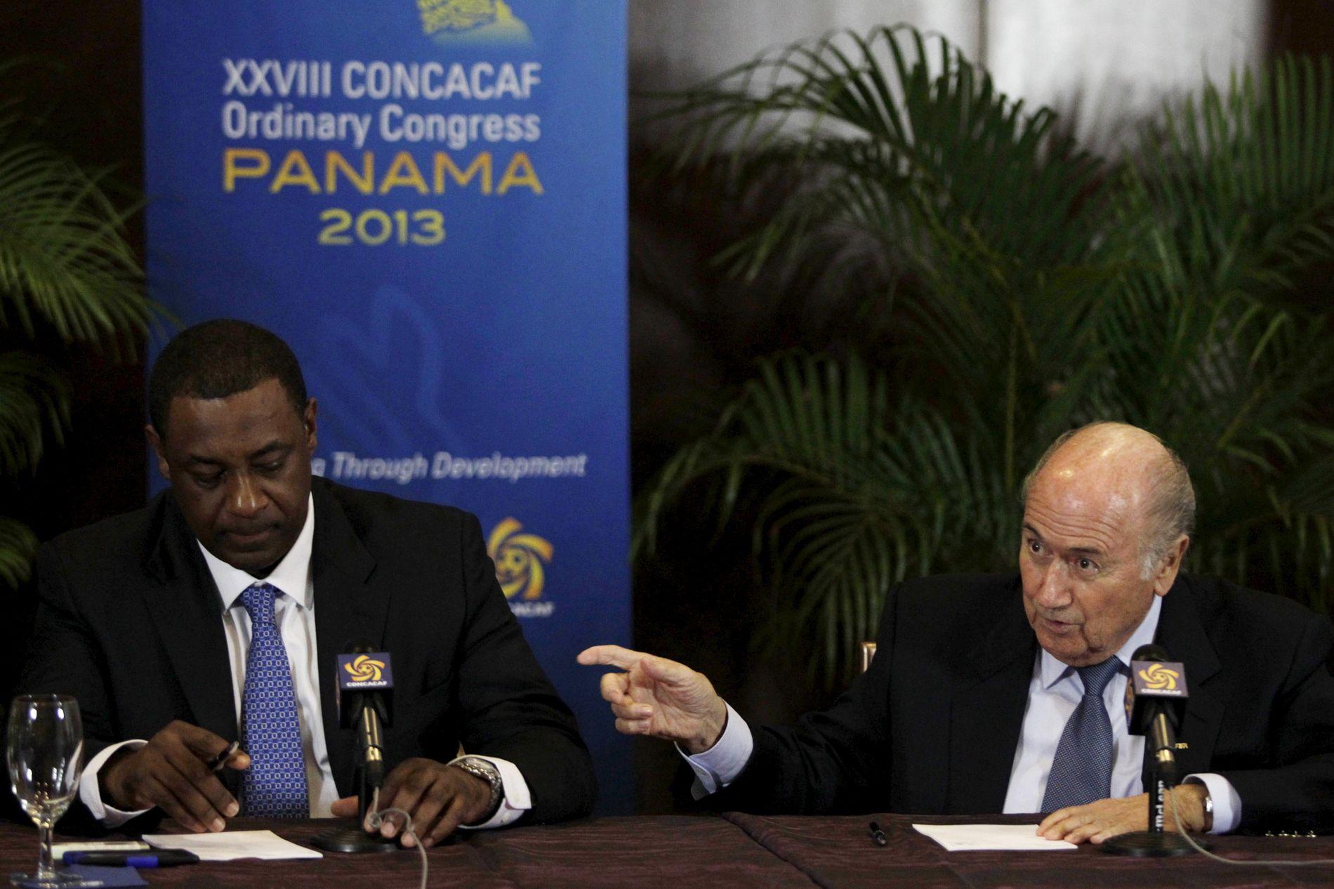 NFF og UEFA ønsker et skifte i toppen av FIFA. Det betyr exit Blatter (t.h.). Her er han sammen med sin visepresident Jeffrey Webb.