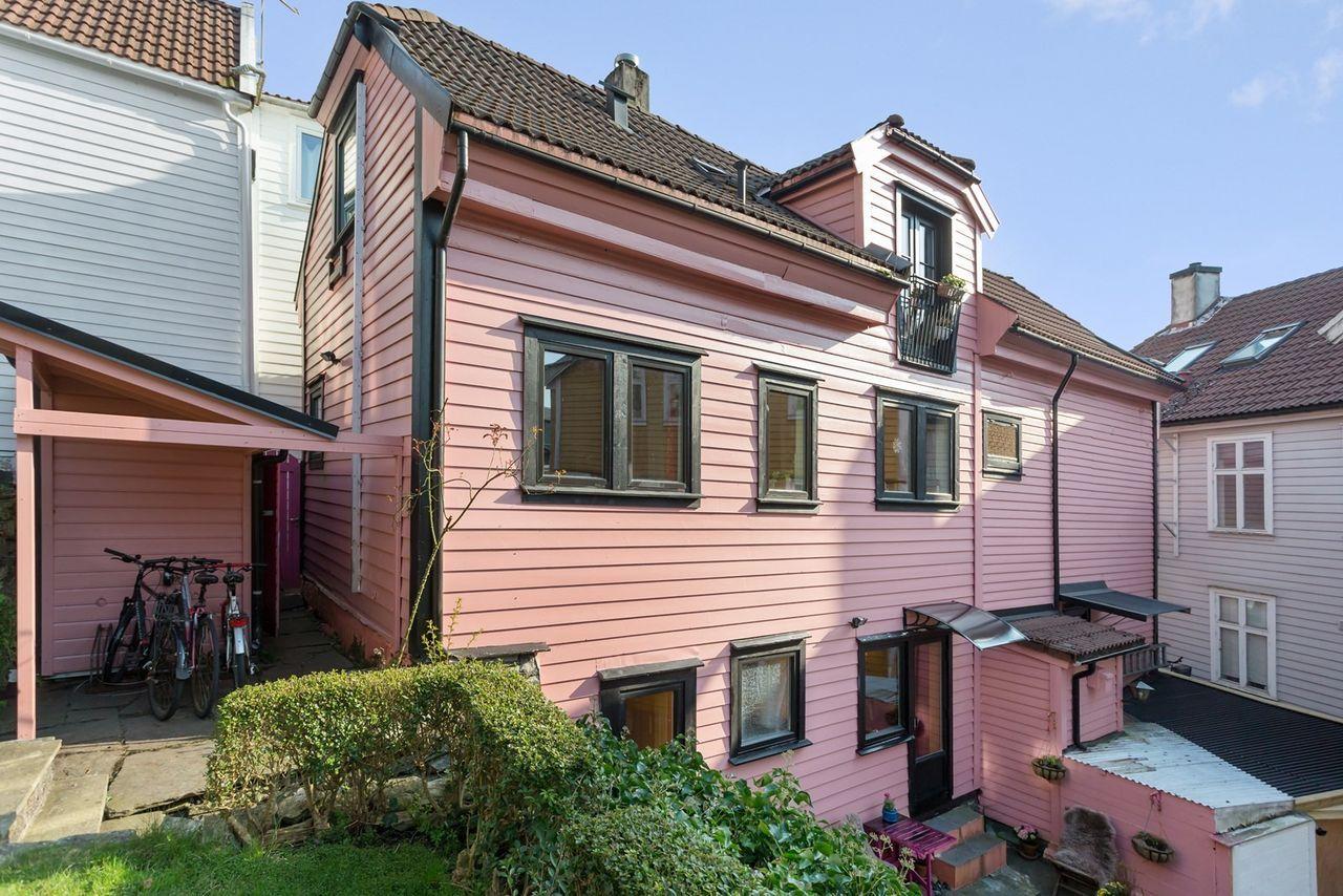 SKILLER SEG UT: «Det rosa huset» i Steinkjellerkroken er en kjent bolig i Bergen. Nå er huset til salgs.