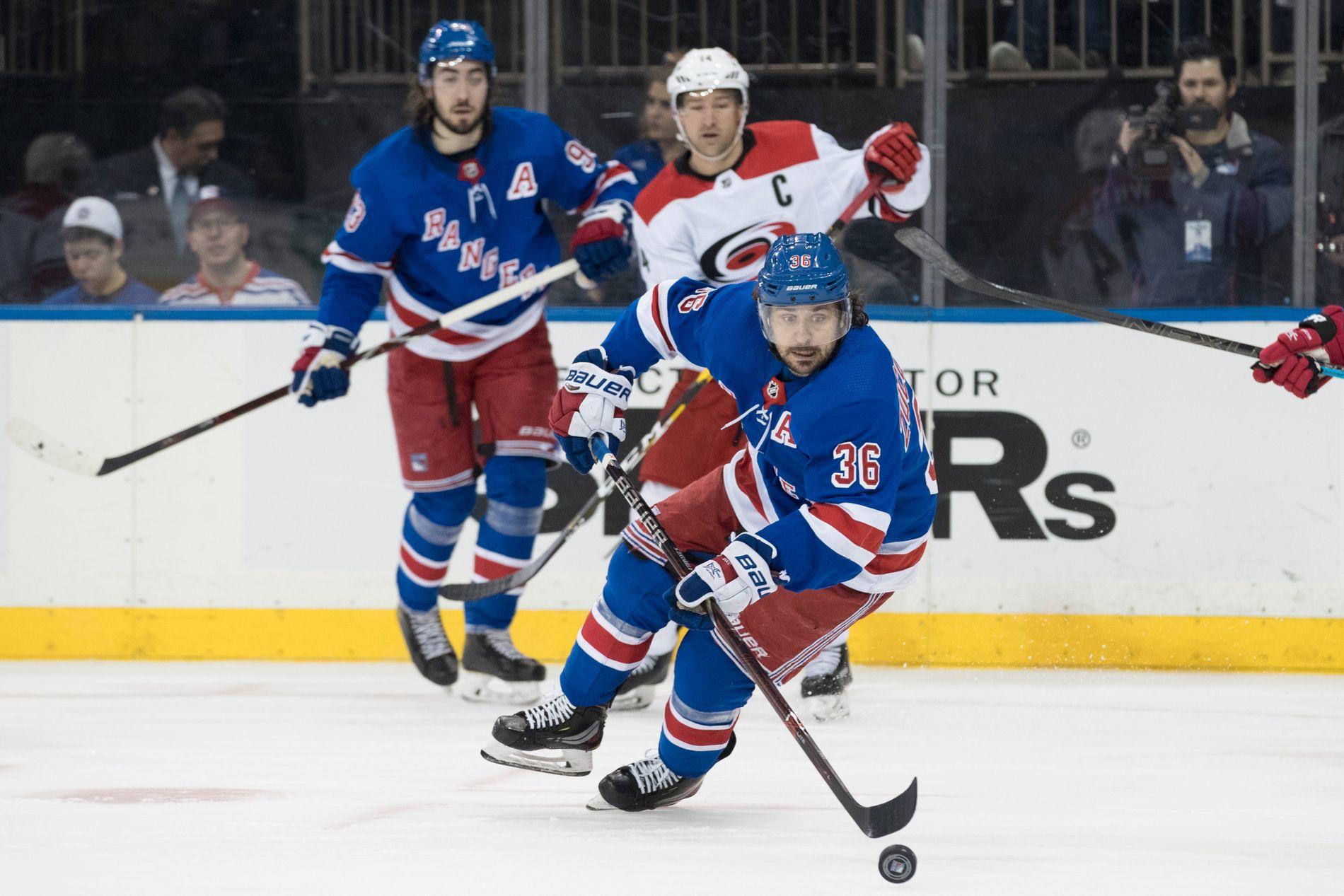 New York Rangers' Mats Zuccarello forsøker å få kontroll på pucken i andre periode av kampen mot Carolina Hurricanes.