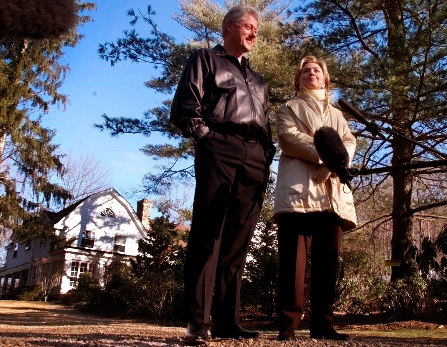 HUSET: Bill and Hillary Clinton utenfor huset i Chappaqua utenfor New York City, der bomben ble funnet. Bildet ble tatt i januar 2000.