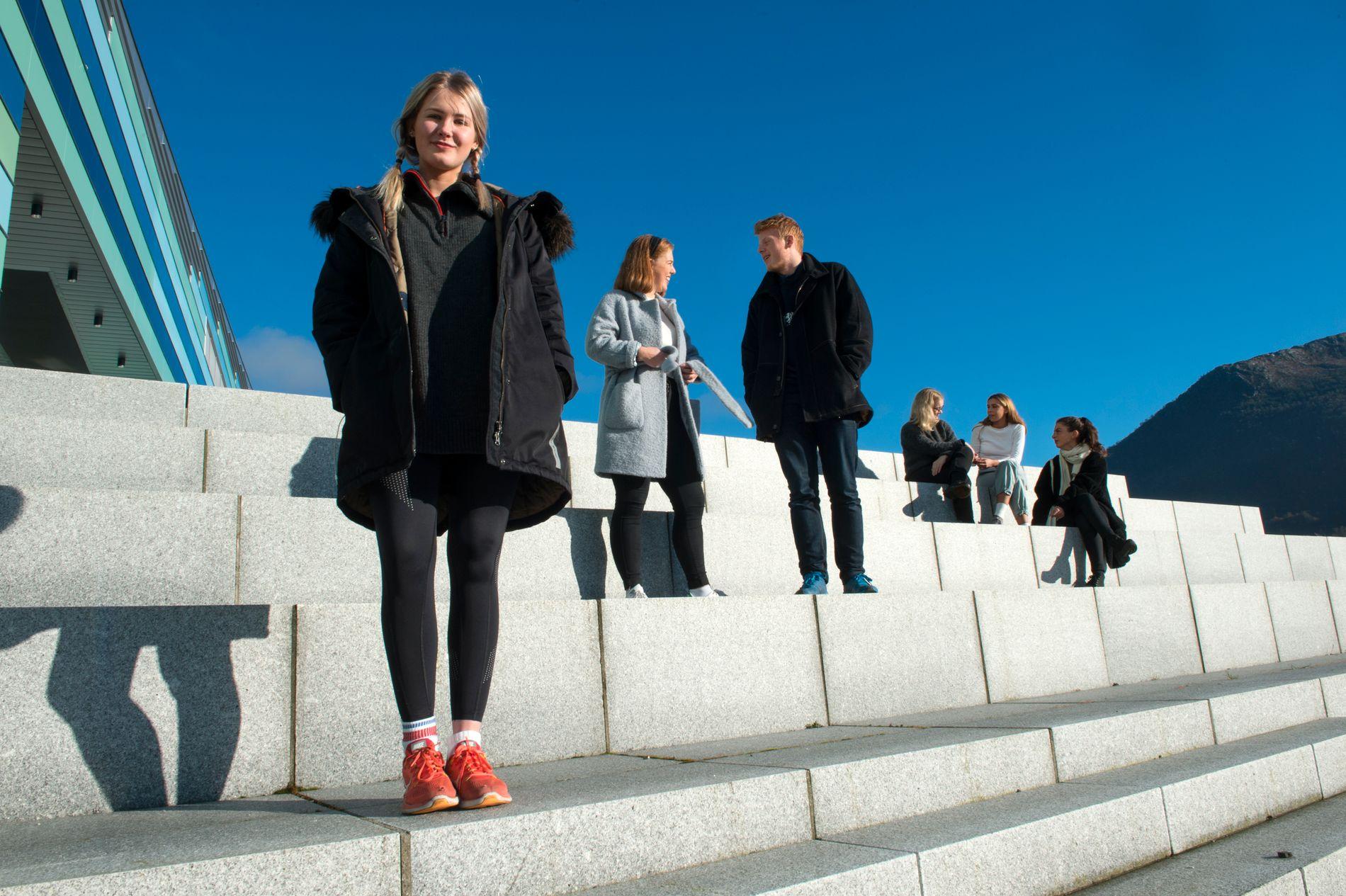 ISAK-FANS: Vennegjengen fra Amalie Skram videregående skole heier på Isak og Even i «Skam». De håper NRK spiller ut alt ved kjærlighetsforholdet, også sex, slik de gjorde i tidligere sesonger. – Hvis ikke mister jeg litt respekten for NRK, sier Elisabeth Solmunde. Foran: Sophie Dagsland (18). Bak fra venstre: Louise Amdam (18), Håvard Bakka (17), Elisabeth Solmunde (17), Flora Scofano (17) og Synne Bjerkestrand (18).