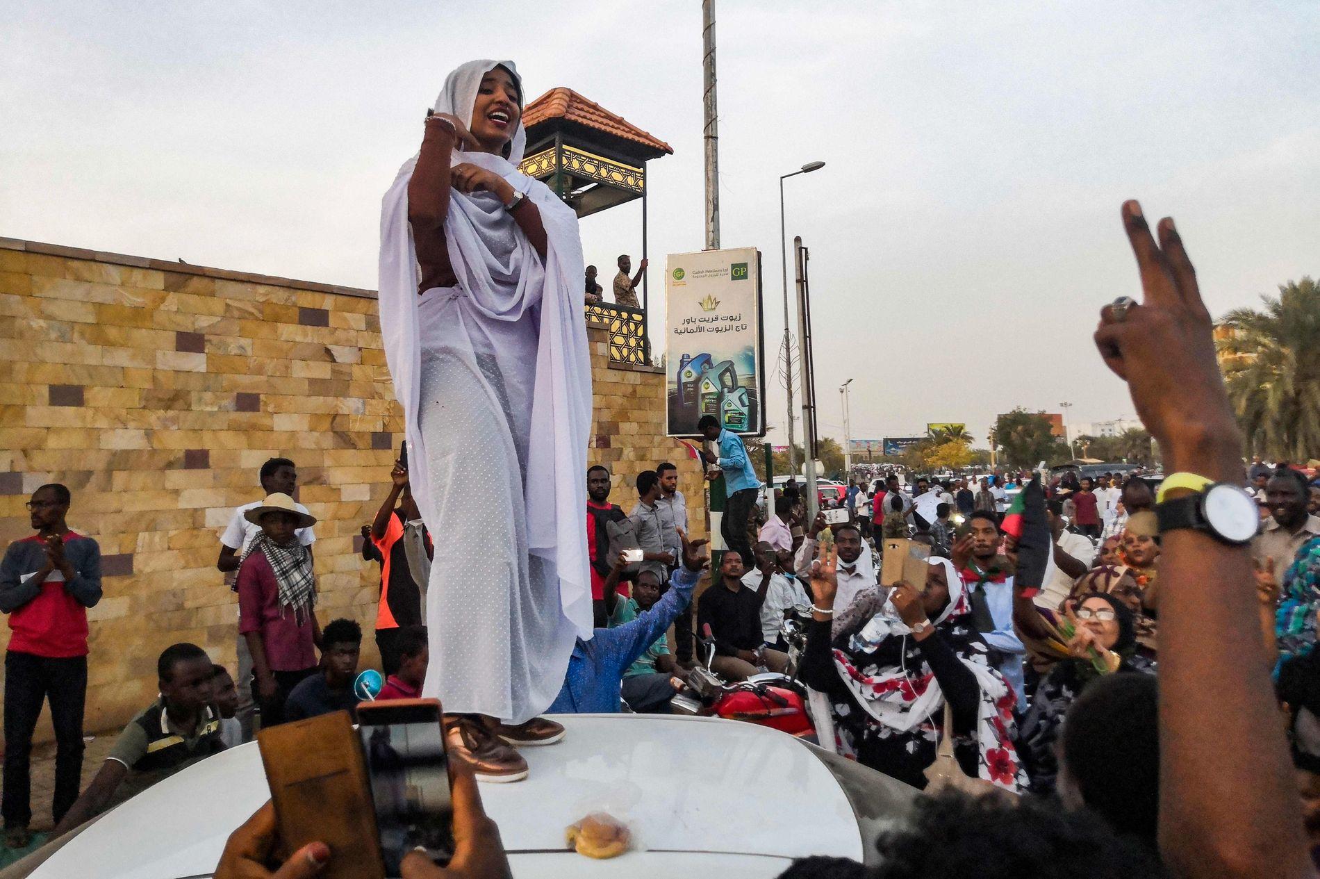 REVOLUSJON: Alaa Salah er blitt ansiktet til revolusjonen i Sudan, etter at eit bilete av hennar tale til demonstrantane i Sudan spreidde seg over heile verda.