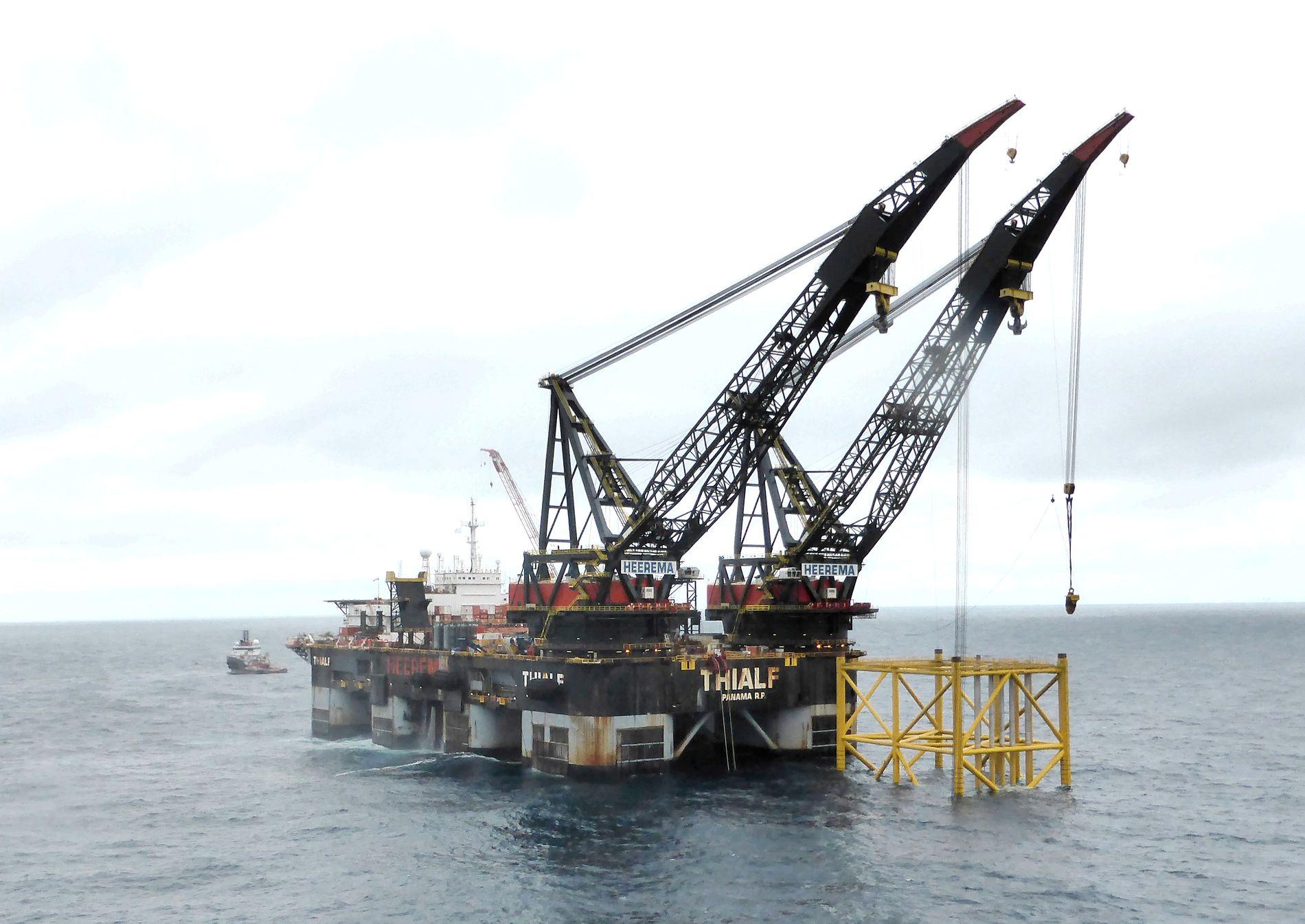 ARBEIDSGIVER: Over 200.000 mennesker jobber direkte eller i nær tilknytning til olje- og gassektoren i Norge, skriver innsenderne. Bildet er fra installasjonen av en ny oljeplattform på Johan Sverdrup-feltet i Nordsjøen, 140 km vest av Stavanger.