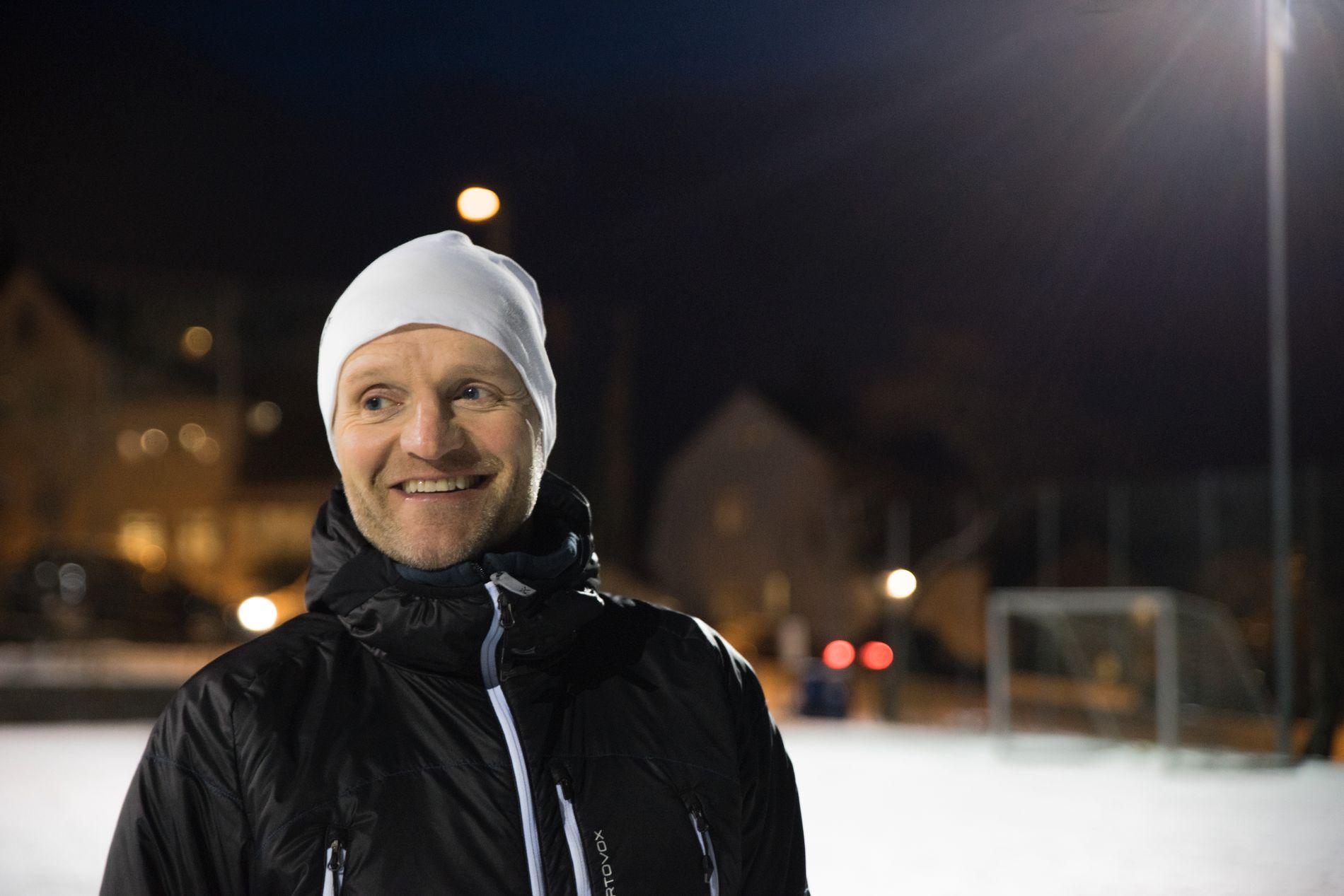 PAPPA: Konsernsjef Jan Erik Kjerpeseth skriv om kor vanskeleg det er å oppdra barn. Her er han på fotballtrening med sine eigne barn.