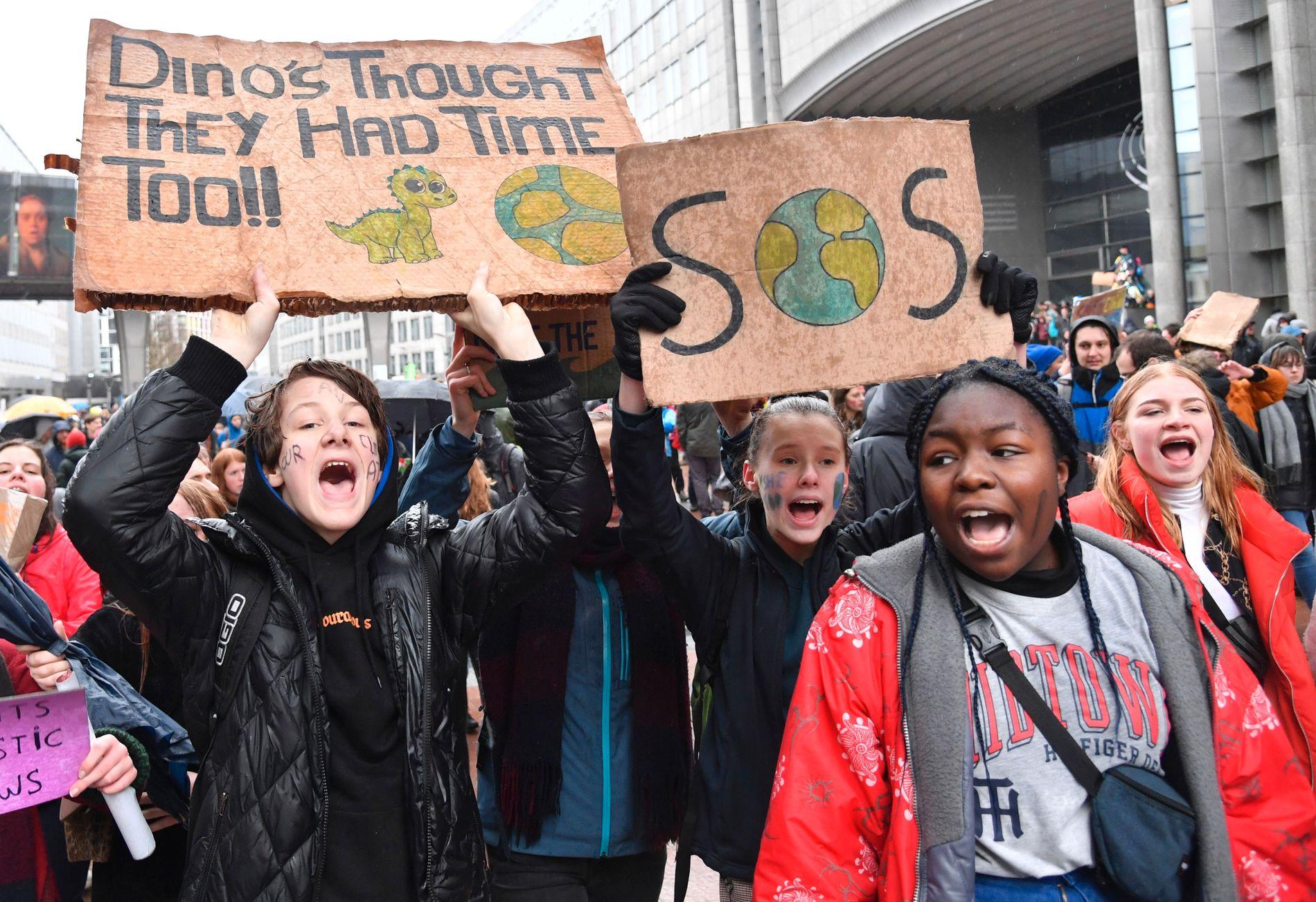 Demonstranter med bannere under klimamarsjen i Brussel søndag. Foto: Geert Vanden Wijngaert / AP / NTB scanpix