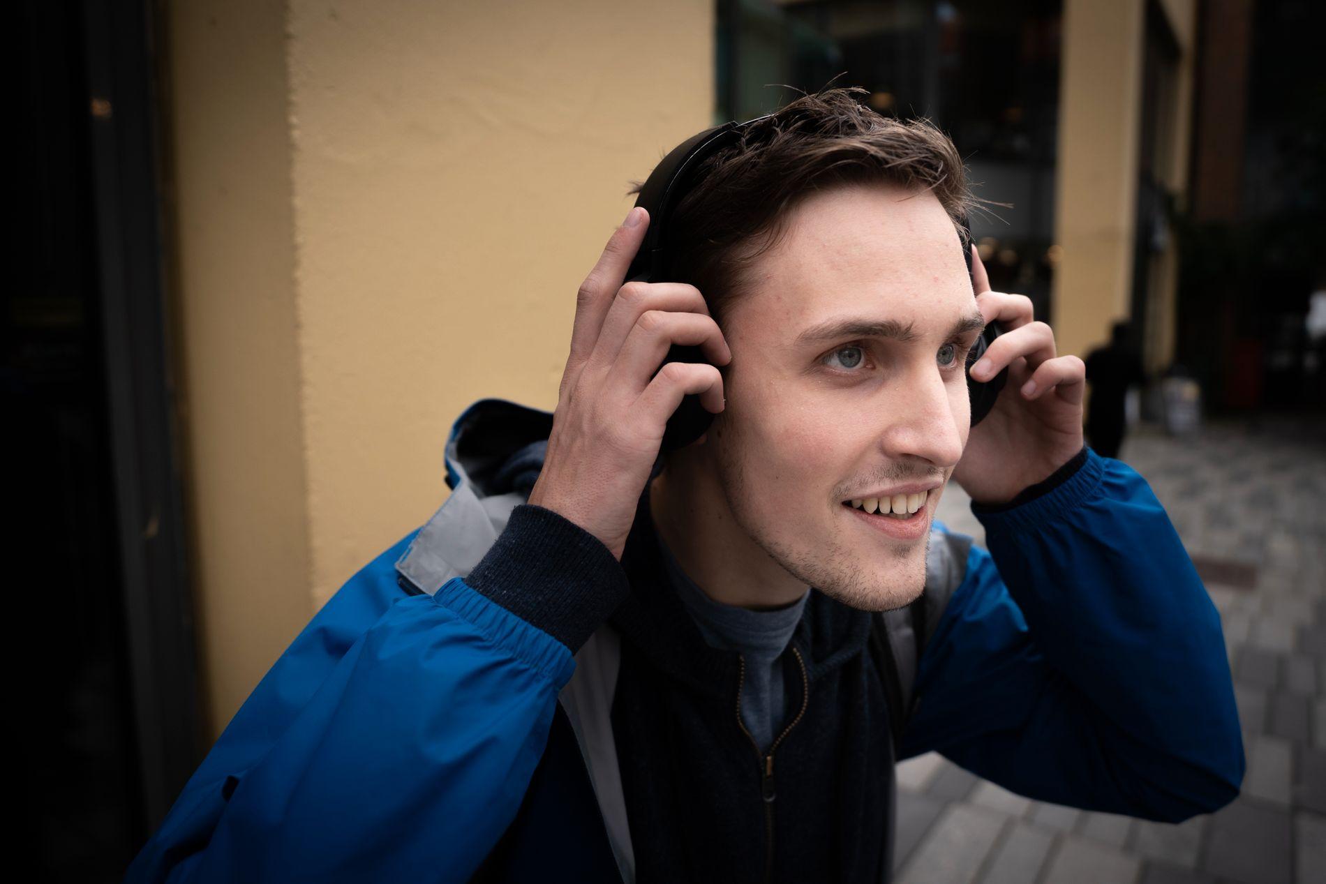 MARTIN HENRIKSEN (23) – Akkurat nå lytter jeg på metal. Det blir veldig mange timer med musikk på øret. Alltid når jeg er alene eller går rundt i byen er musikken på.