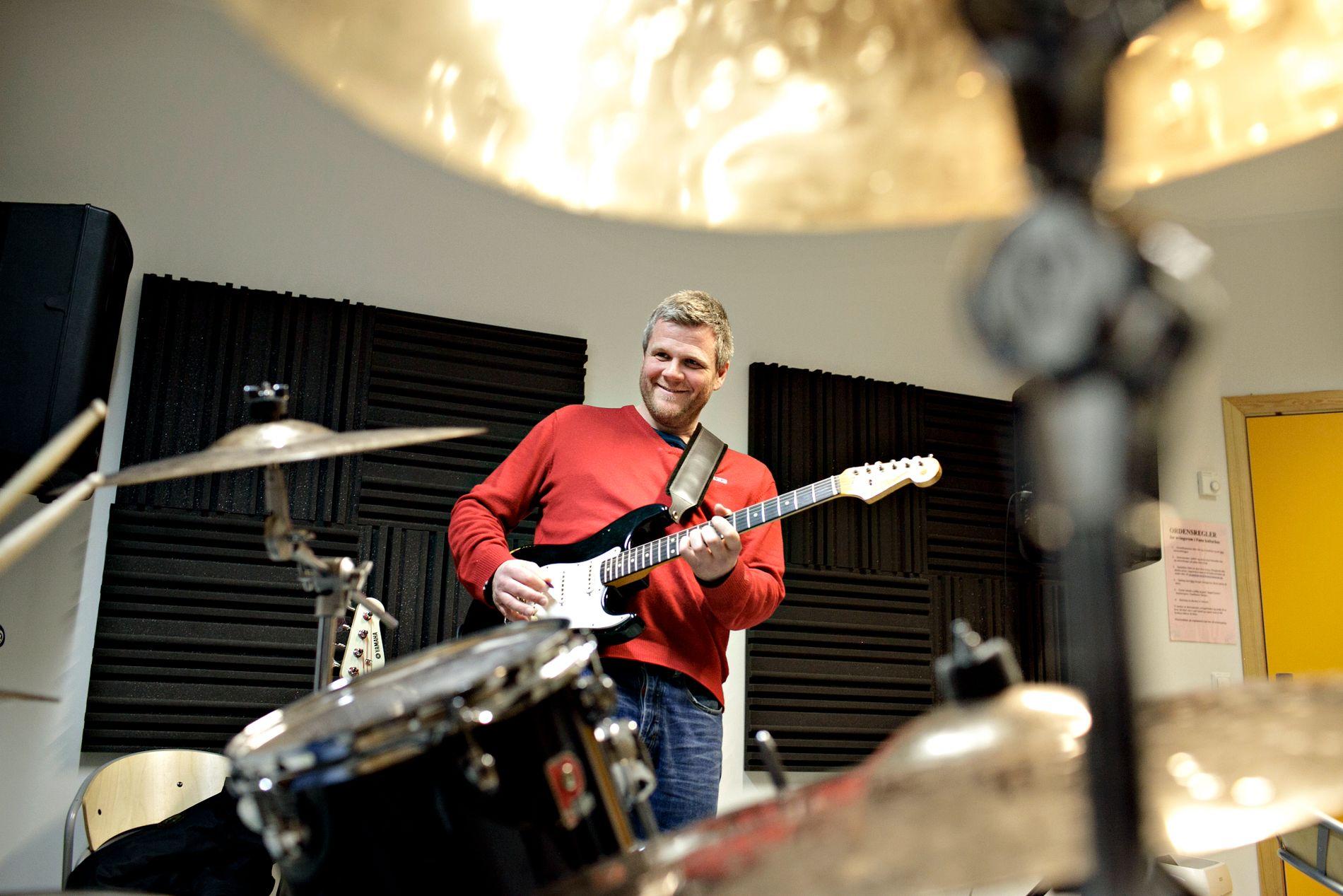MUSIKKTERAPI: Viggo Krüger er en av mange som tar til orde for å bruke musikk mer aktivt i skolen.