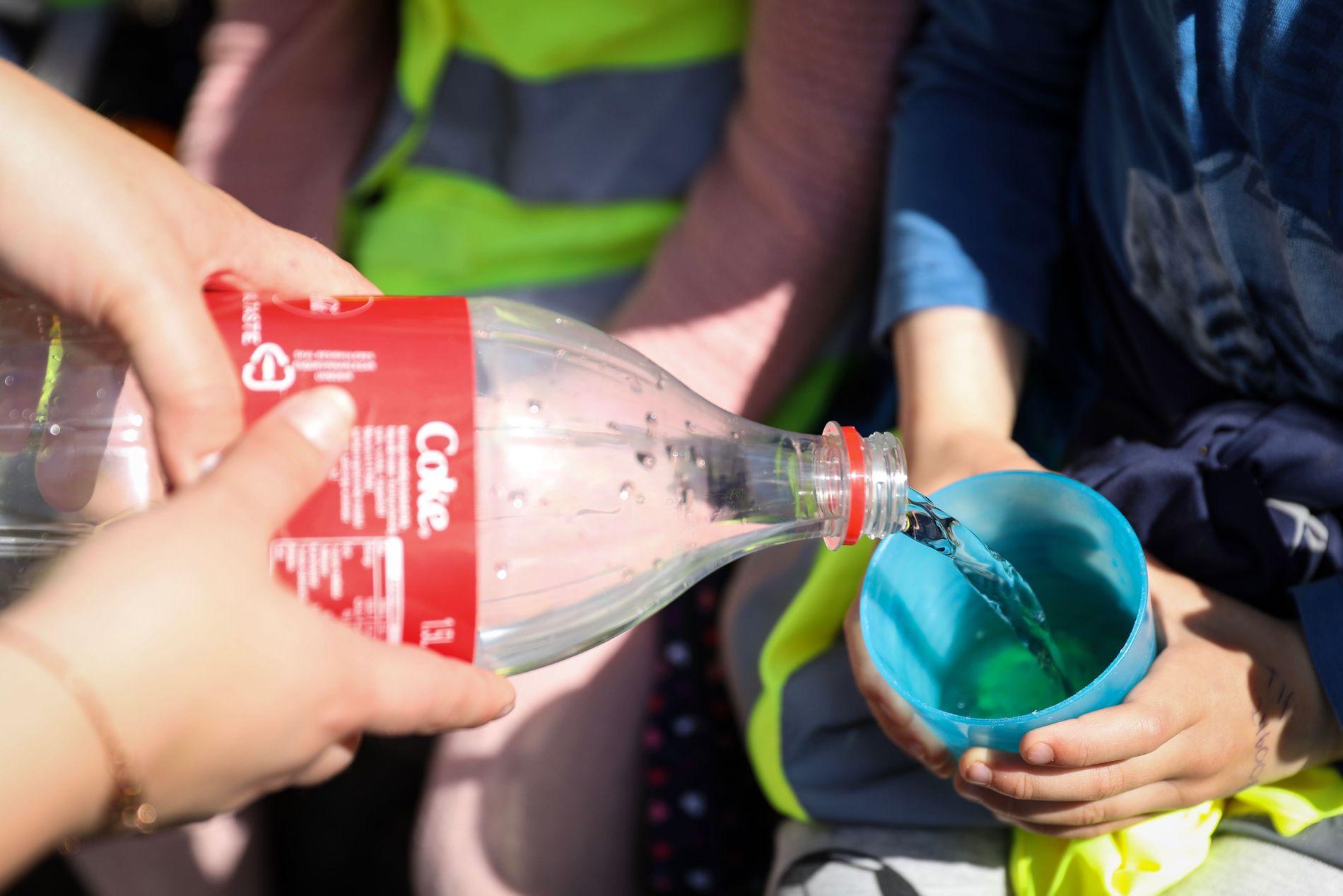 IKKE UVANLIG: Barna i Espira Stongafjellet får kokt og nedkjølt vann i lunsjen.