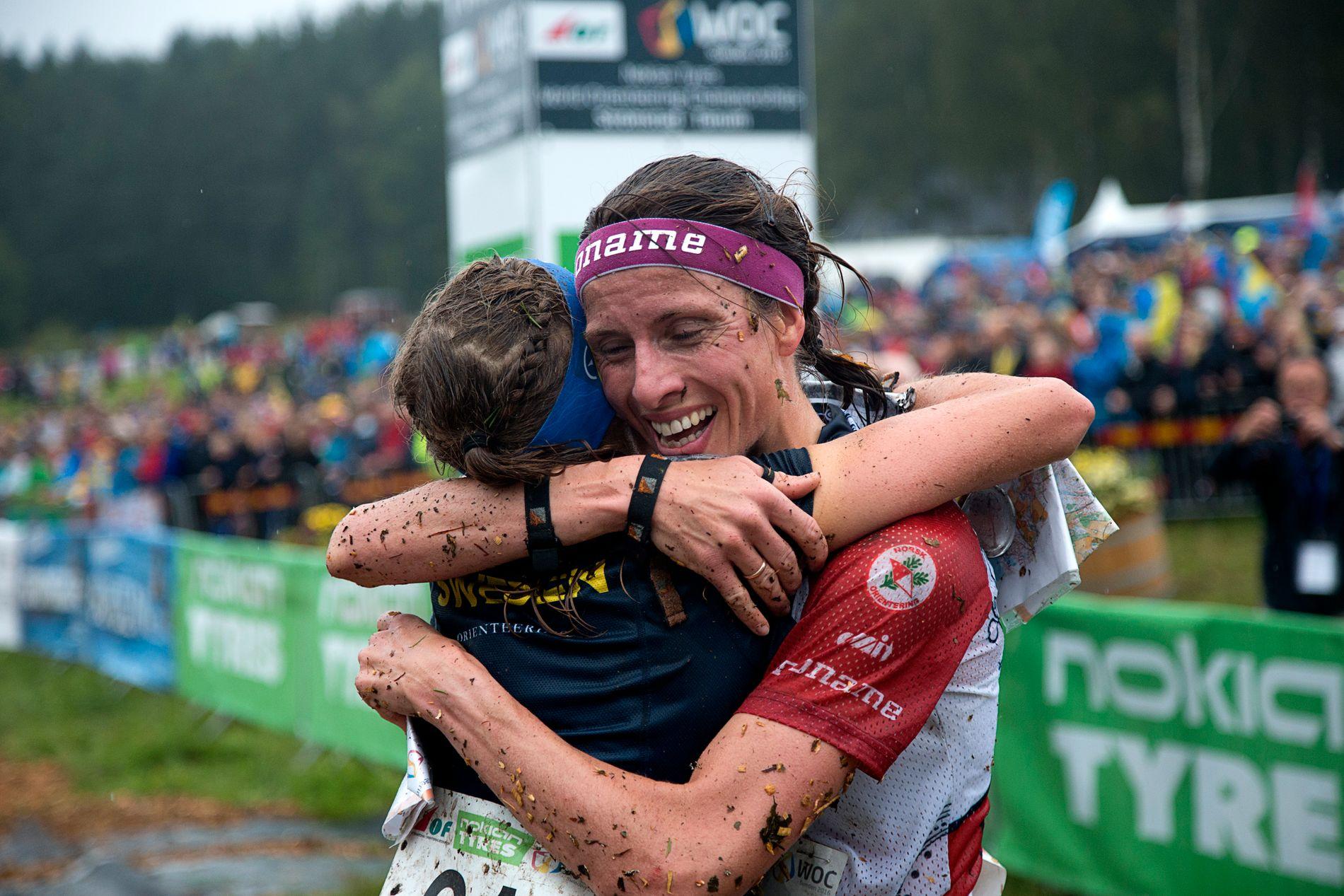 Anne Margrethe Hausken Nordberg har vært med på mange mesterskap. Her gratulerer hun vinneren av VM i Strömstad i 2016, Tove Alexandersson. Selv tok hun bronse.