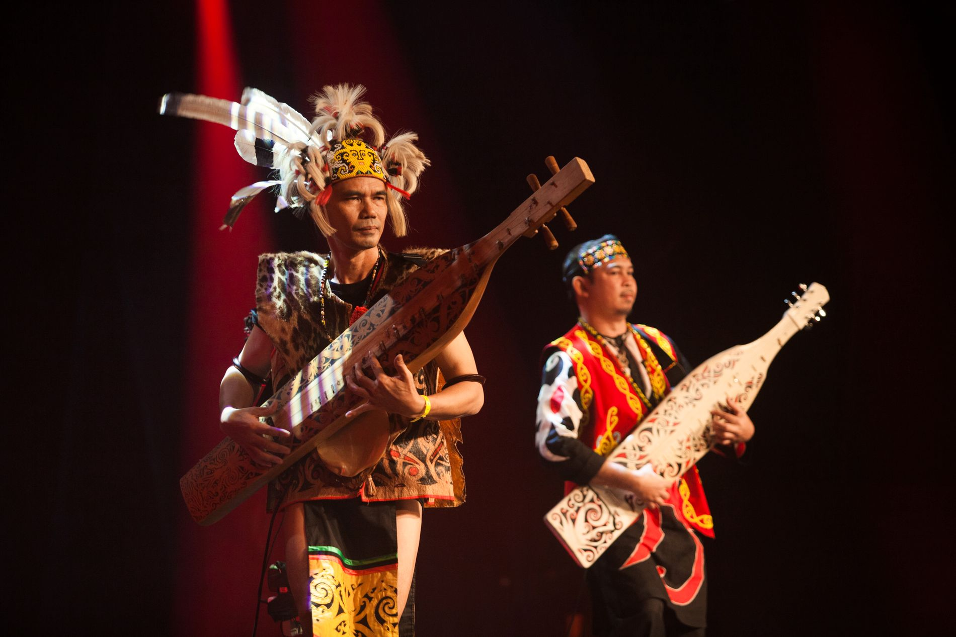 SJARMERTE PUBLIKUM: Fra Borneo kommer Masters of the Sape som spilte egenartet og svært melodiøs musikk for fullt hus under åpningskonserten torsdag kveld.