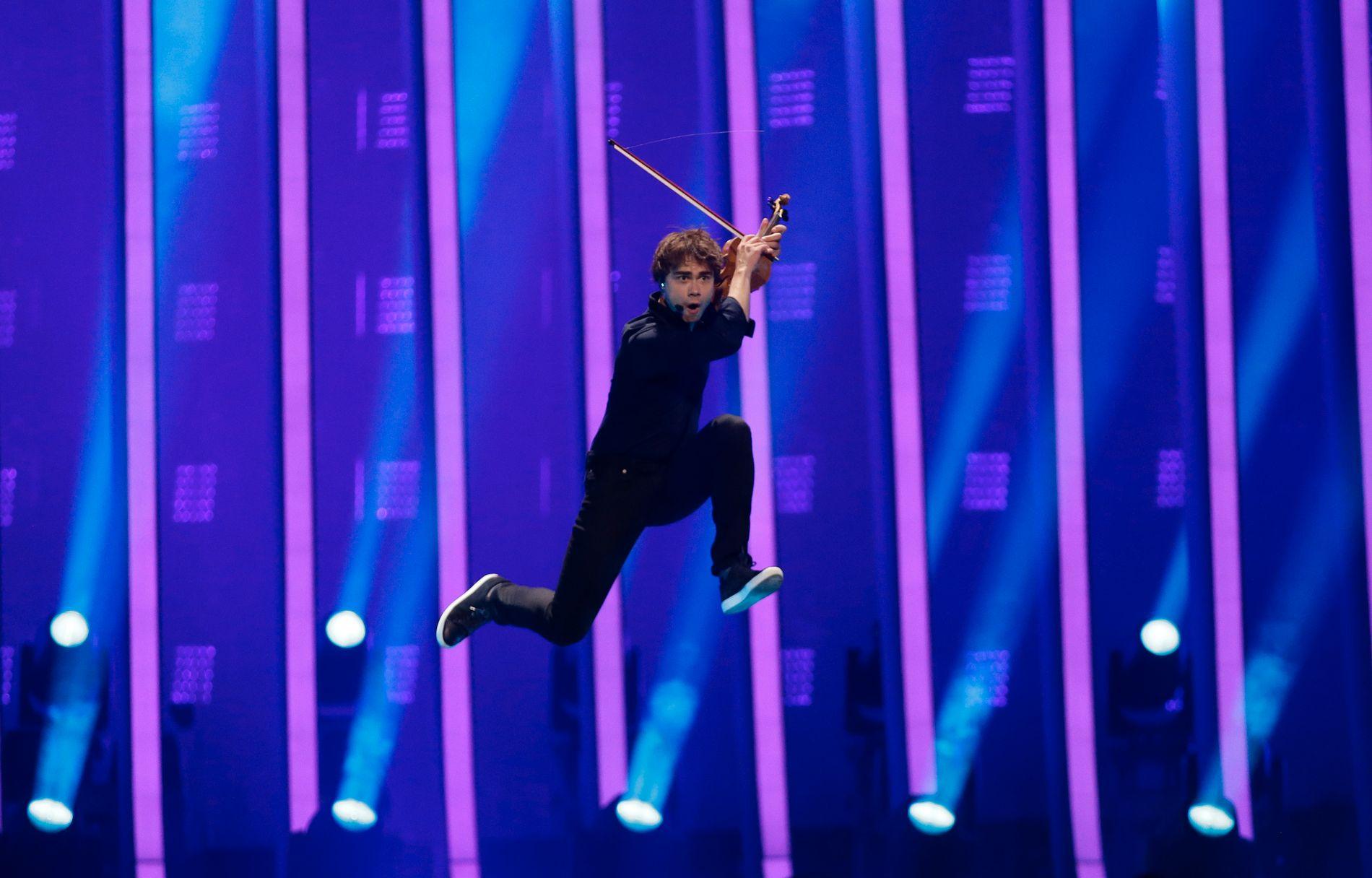 PÅ SCENEN: Alexander Rybak i aksjon i finalen lørdag.