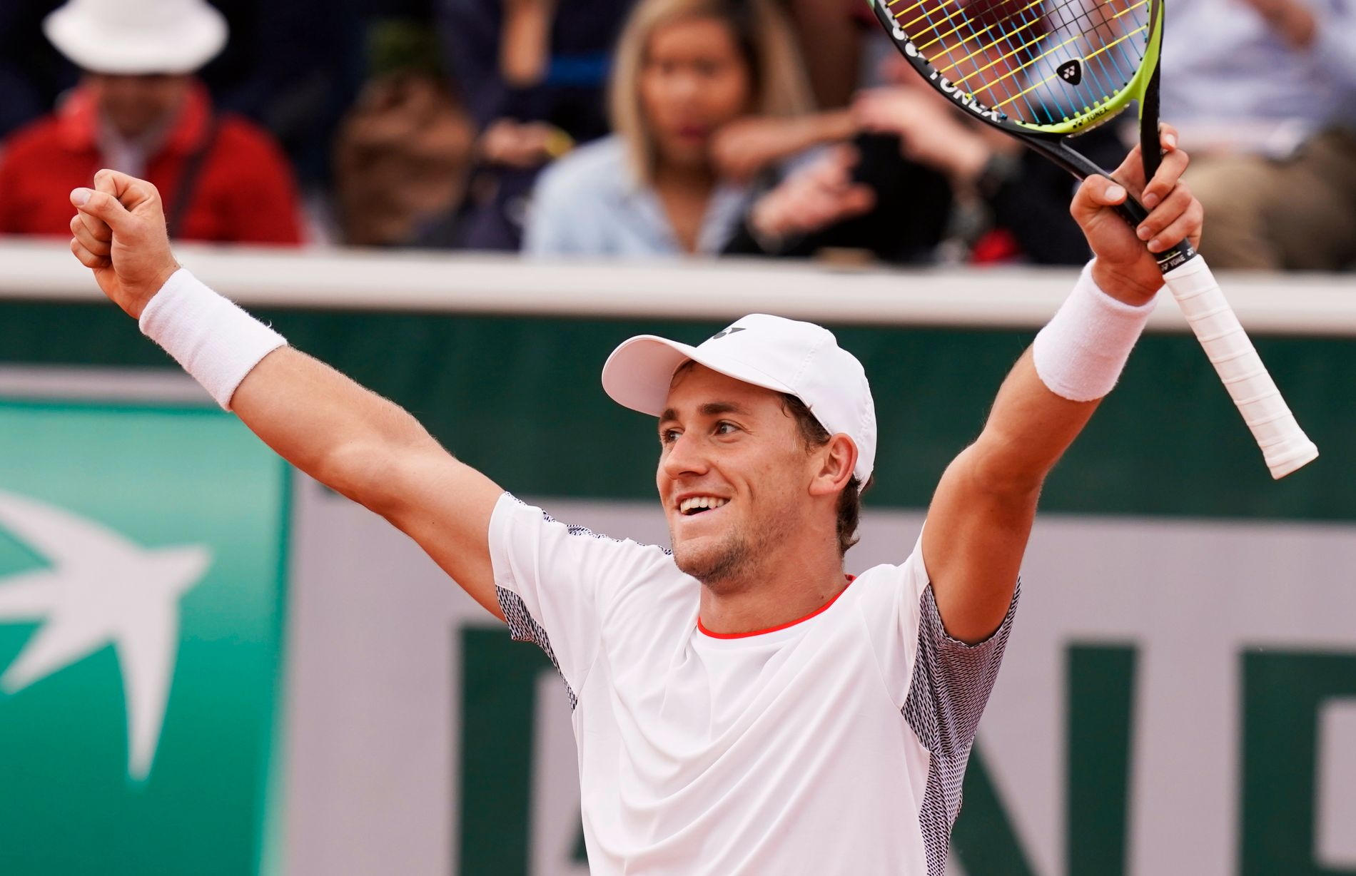 Casper Ruud jubler for seieren over Matteo Berrettini i 2. runde av French Open.