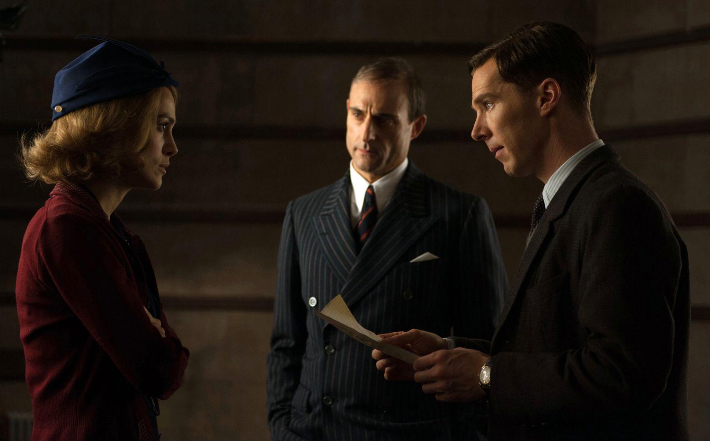 STJERNELAG: Keira Knightley («Love Actually», «Pirates of the Caribbean») spiller en av Turings kolleger i den hemmelige gruppen som bygger en svært avansert datamaskin. Her i en scene med Cumberbatch og Mark Strong.