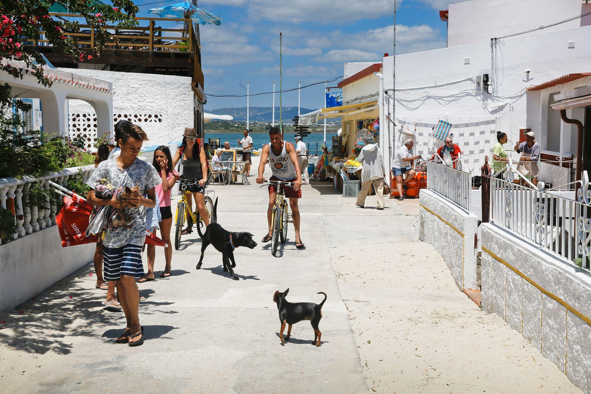 ØYLIVET: Foruten lange sandstrender, noen kiosker, restauranter og kafeer finnes det lite på den lille øya Armona. Den nydelige lille øya ligger 15 minutters båttur unna den fine markedsbyen Olhão.