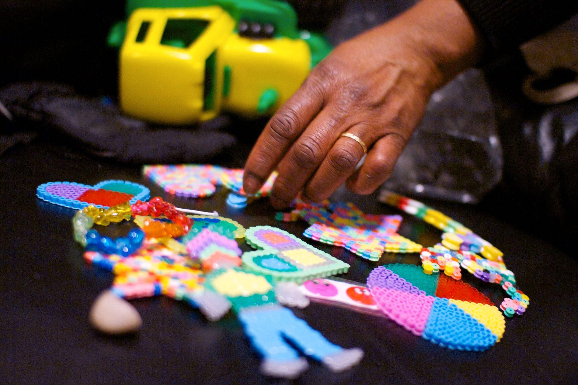 EN SØNNS KJÆRLIGHET: Sia viser frem perlesmykkene som sønnen har laget til henne.