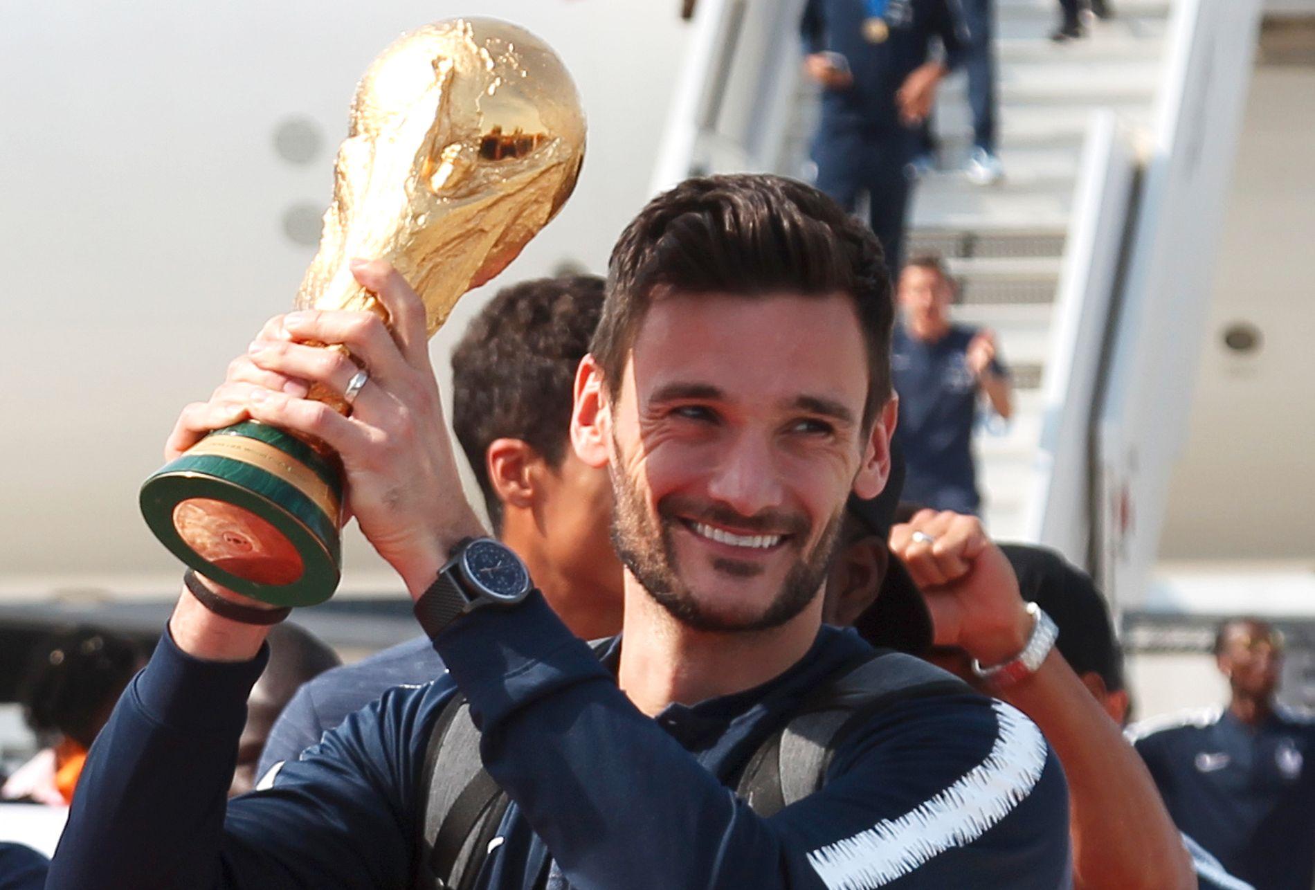Kaptein og keeper Hugo Lloris fikk æren av å ta med seg VM-troféet hjem.