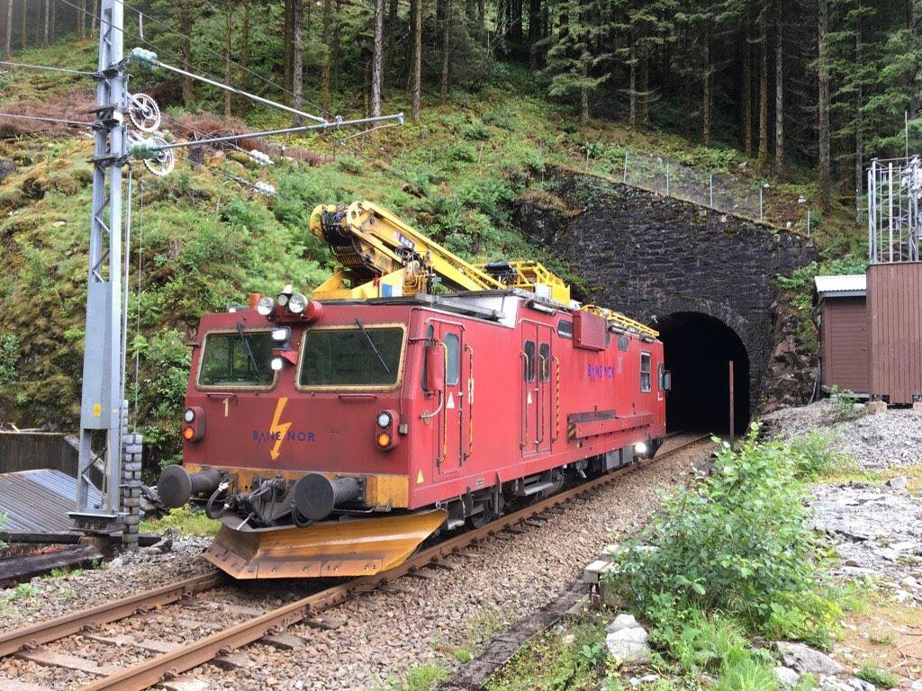JOBBER PÅ STEDET: Her er nytt vaktskift på vei inn i tunnelen mellom Vaksdal og Trengereid.