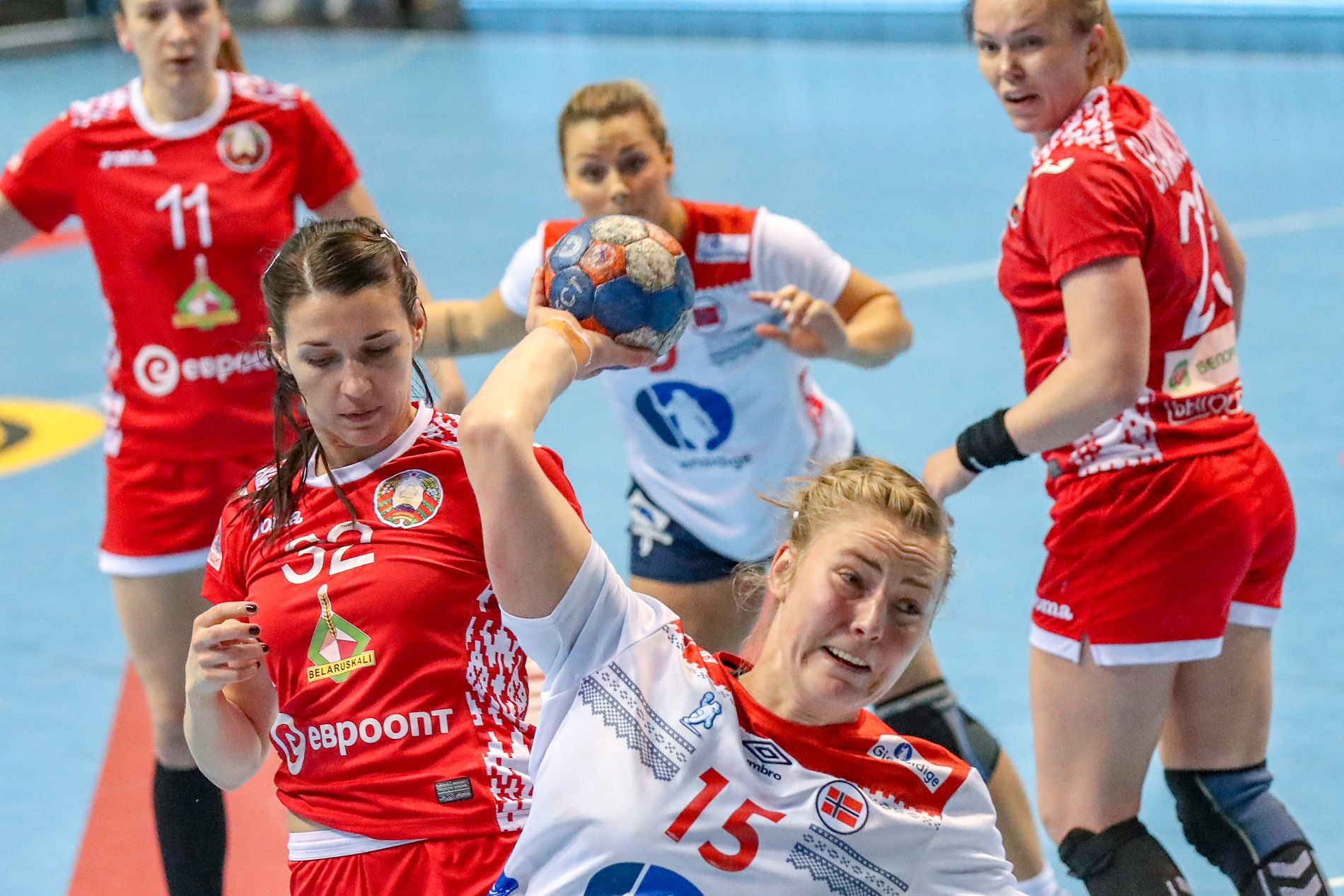 Vilde Mortensen i skuddet i Norges storseier over Hviterussland i VM-omspillskampen i håndball fredag.
