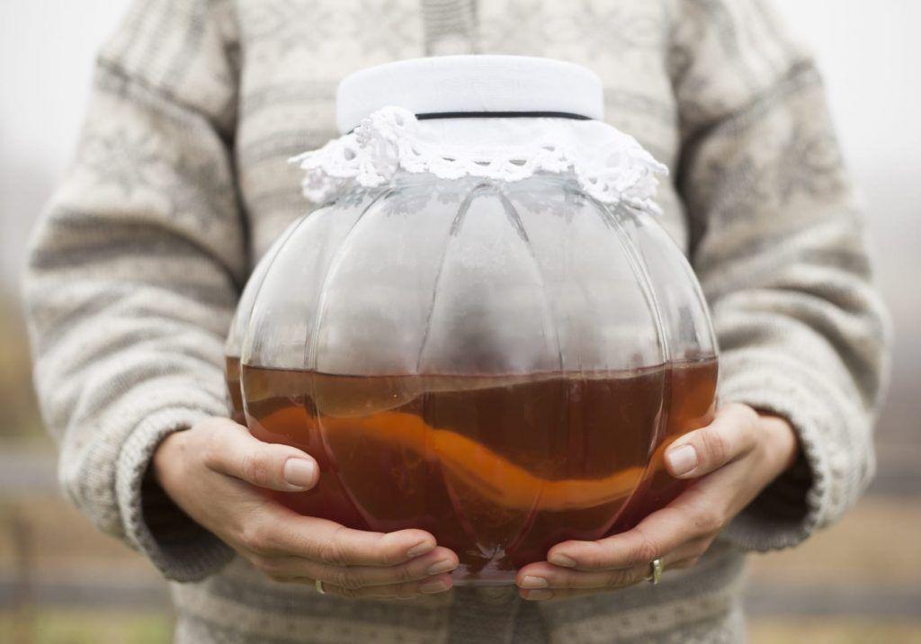Ifølge Wikipedia er Kombucha en betegnelse på et bredt spekter av gjærede, lett sprudlende, søtlig svarte eller grønne teer.