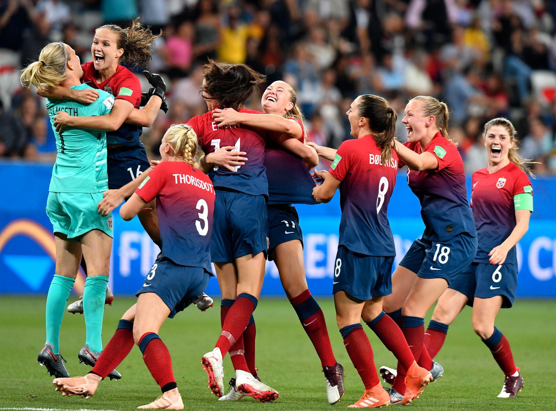 DET NORSKE LANDSLAGET: Hvis fotballen ikke hadde vært så gjennomsyret av kjønnsstereotypier, ville man kanskje vurdert andre forklaringer enn at jentene ikke har nok guts, skriver Eirin Eikefjord.