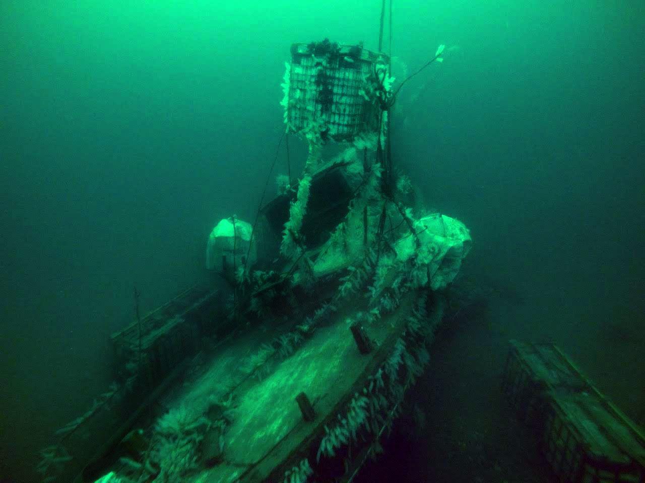 PINNEVED: Vraket av «Con Amore» er svært ødelagt der det ligger midt i leden inn til Norheimsund.
