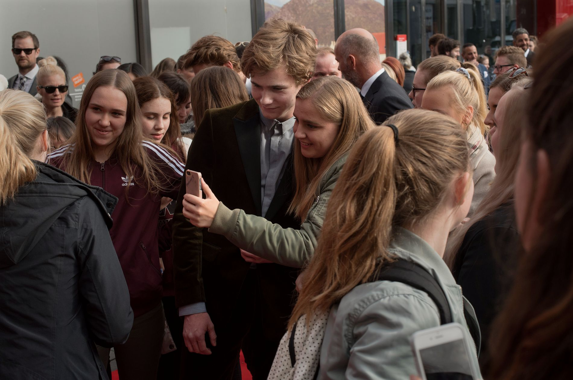 SKAM-INTERESSE: Skam-skuespiller Tarjei Sandvik Moe var blant de mest ettertraktede blant fansen på den røde løperen før Gullruten.