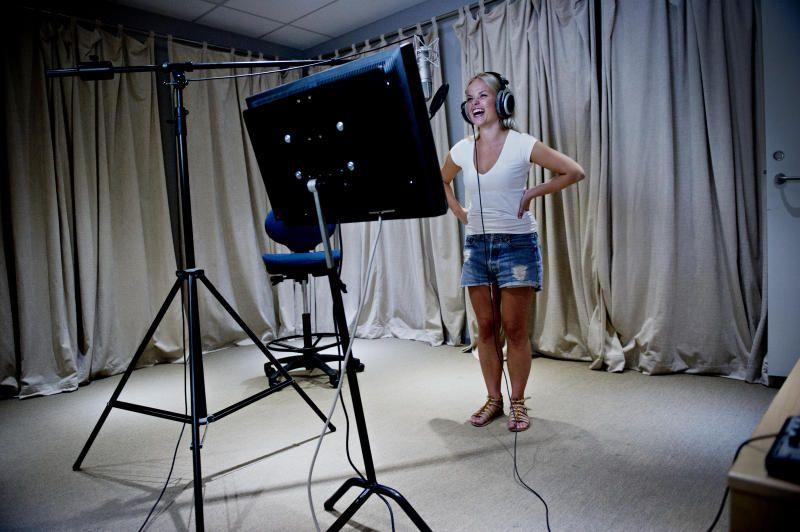 VEKSTINDUSTRI: Skuespiller Tiril Heide-Steen på jobb for dubbingselskapet Nordubb. Barnekanaler som NRK Super har skapt vekst i norsk dubbingbransje. Eksperter frykter konsekvensen for barns språkutvikling.