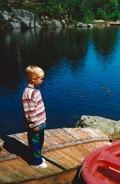 KJEDE SEG: Sommerferien betydde mye tid til å ligge på sofaen. Jeg kunne se i taket, stirre i veggen og la tankene flyte. Gjøre ingenting, skriver Daniel Bolstad- Hageland, som vi ser her på et barndomsbilde.