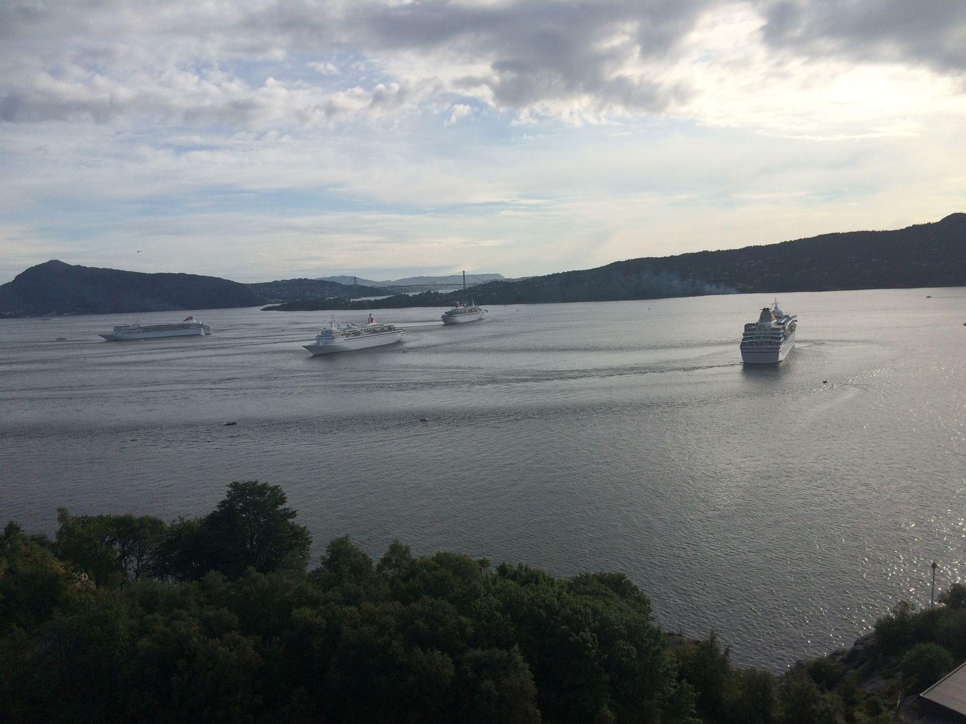 KOORDINERTE: Cruiseflåten til Fred. Olsen Cruise Lines forlot Bergen tirsdag kveld etter å ha vært samlet for første gang i selskapets historie. På veien ut fjorden ga de publikum litt show.