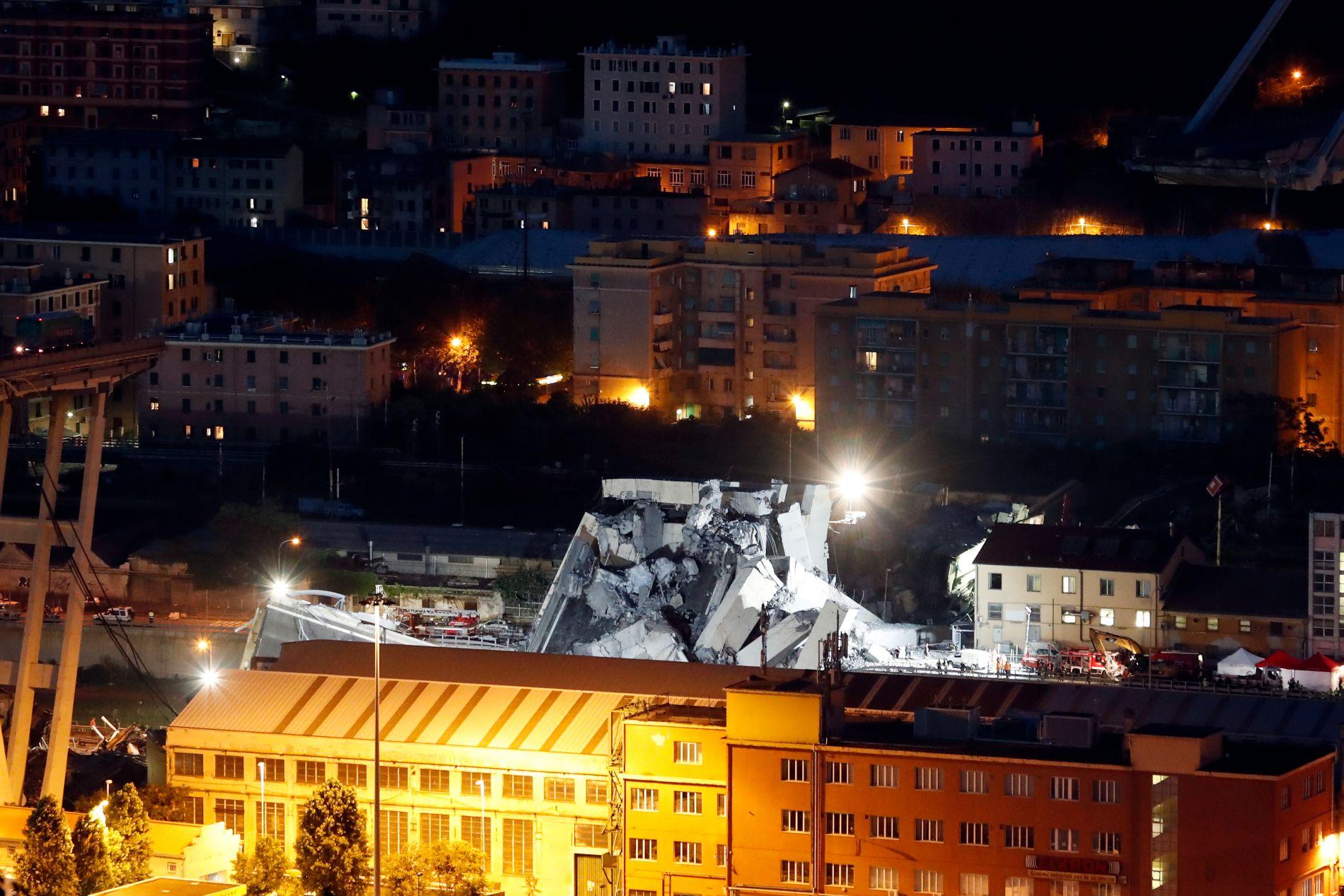 Redningsmannskaper jobber på spreng i nattemørket for å redde ut mulige overlevende etter brokollapsen i Genova tirsdag.