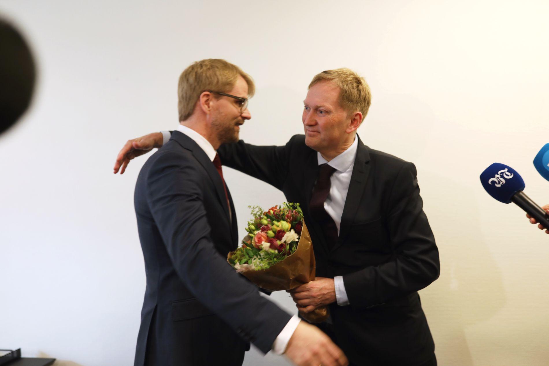 VAKTBYTTE: Harald Schjelderup overlater skuten til Roger Valhammer.