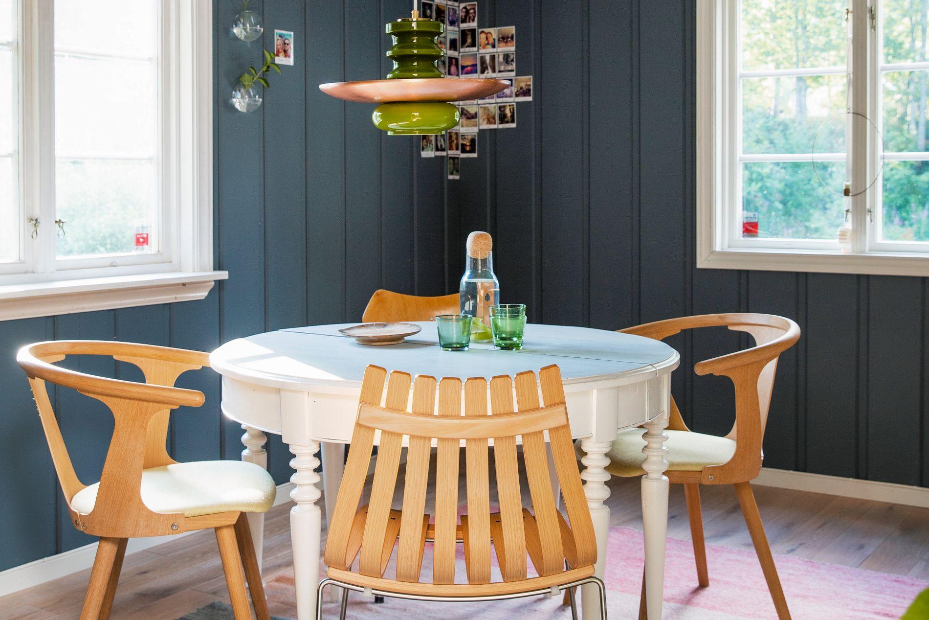 I den kombinerte spisestua og hobbyrommet er det en blanding av brukte og nye møbler. Taklampa og bordet er bruktkupp, mens stolene er nye.