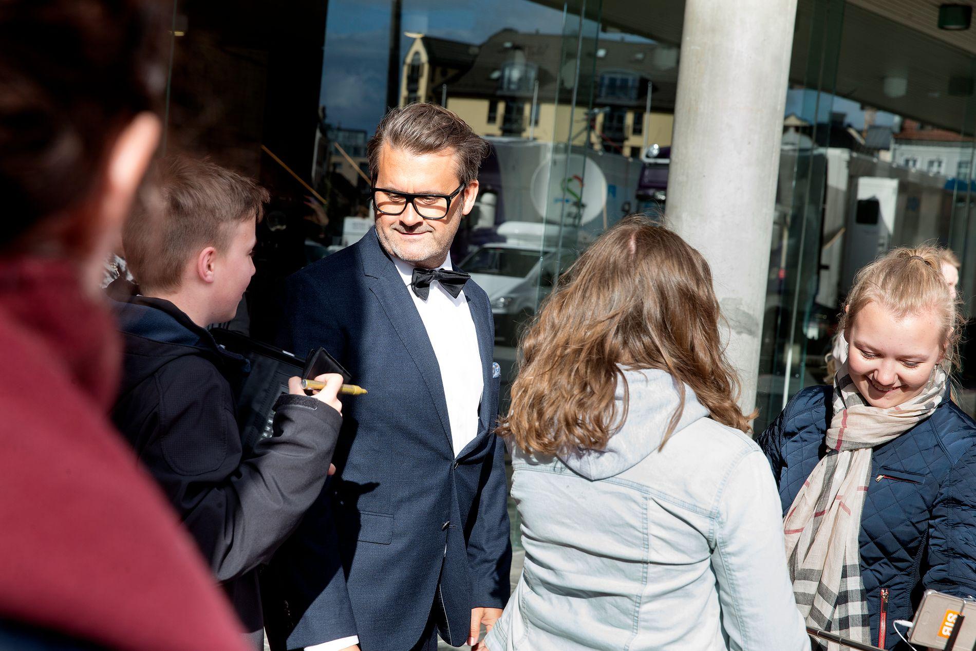 TRYGDET: Det var et kort møte, men Sander Jung fikk sneket seg gjennom folkemengden for å få en autograf fra Trygdekontoretsjef Thomas Seltzer.
