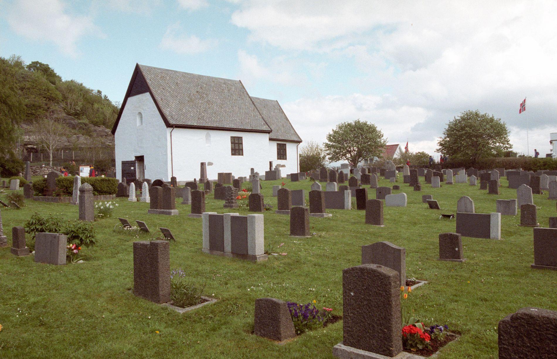 KYRKJA: Mosters gamle kyrkje vart reist på 1100-talet og vert rekna som ein av dei eldste bygningane i Noreg.