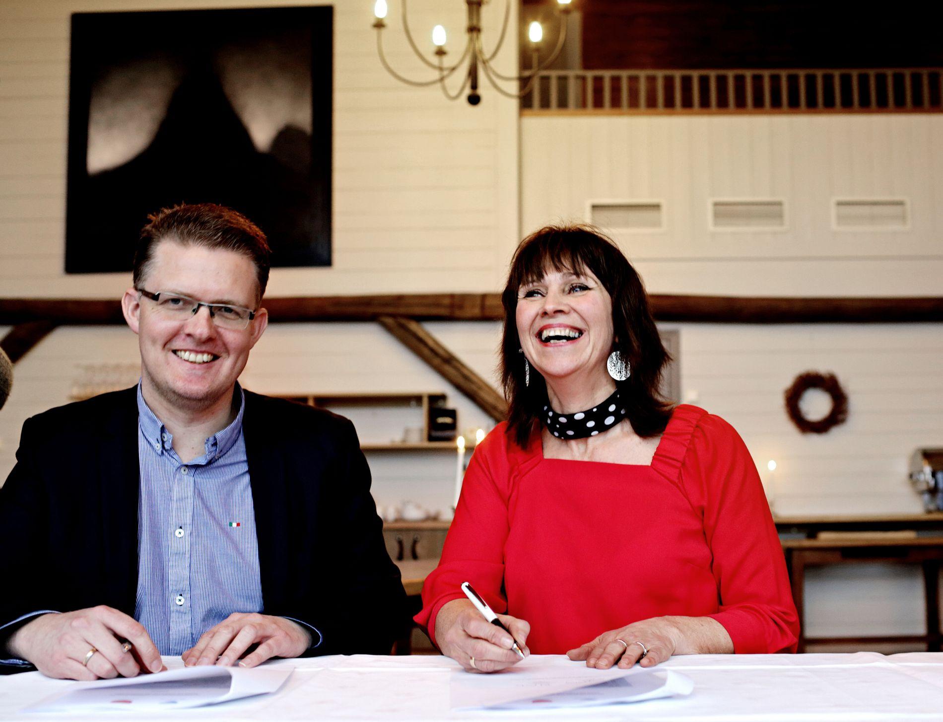 ENIGE: Det var god stemning da fylkesvaraordfører Pål Kårbø (Hordaland) og Jenny Følling (Sogn og Fjordane) i januar 2017 signerte en intensjonsavtale om å slå seg sammen.