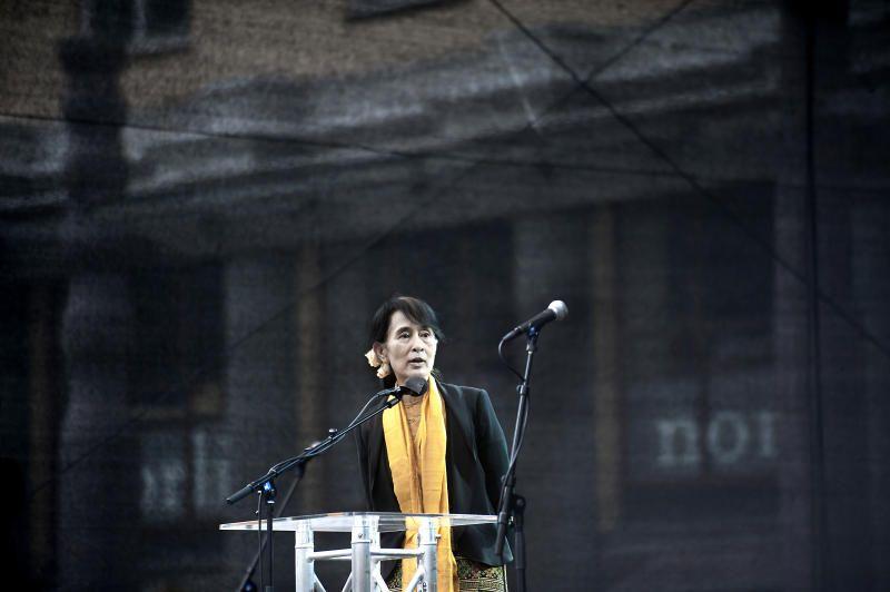 PÅ TORGALLMENNINGEN I 2012: At Aung San Suu Kyi reiser til det hjørnet av EU der demokratiet er under størst press for å hente støtte, er en nedslående symbolhandling.