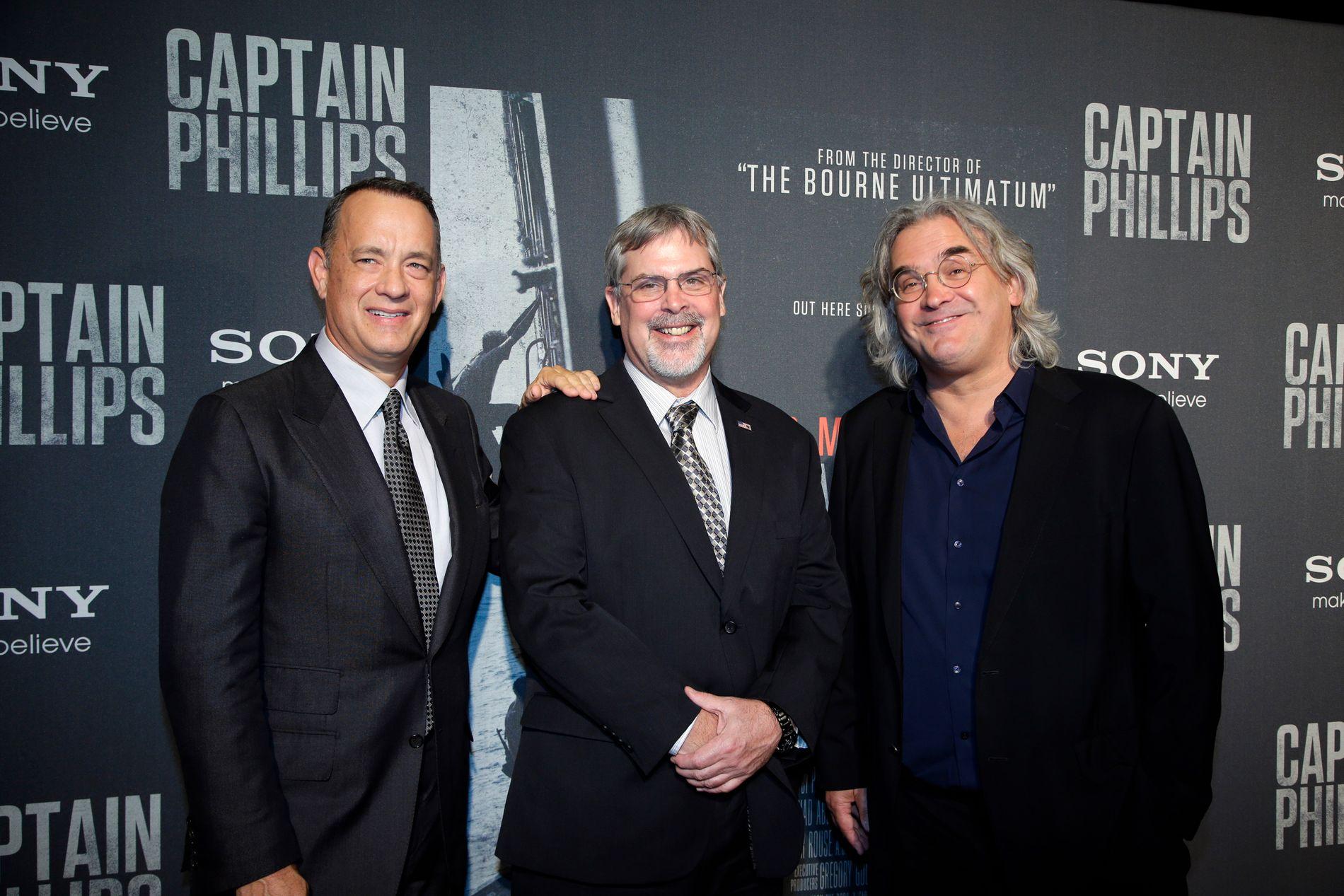FILM: Tom Hanks, den ekte kaptein Richard Phillips og Paul Greengrass på premieren til «Captain Phillips» i 2013.