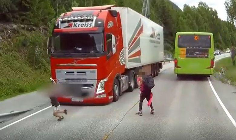 LØP UT I VEIEN: Da barna forlot bussen, løp flere av dem rett ut i veien. I motsatt kjørefelt kom det en lastebil.