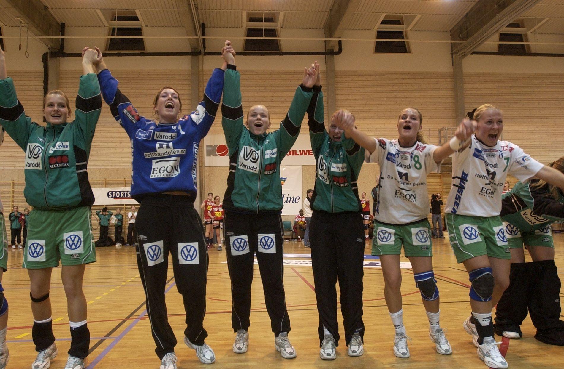 Våg Vipers debuterte i EHF-cupen i 2003/04. Jentene jubler etter å ha beseiret det franske storlaget Besancon 31–26 i Karusshallen. Kristiansanderne gikk videre til kvartfinalen med 61–58 sammenlagt.