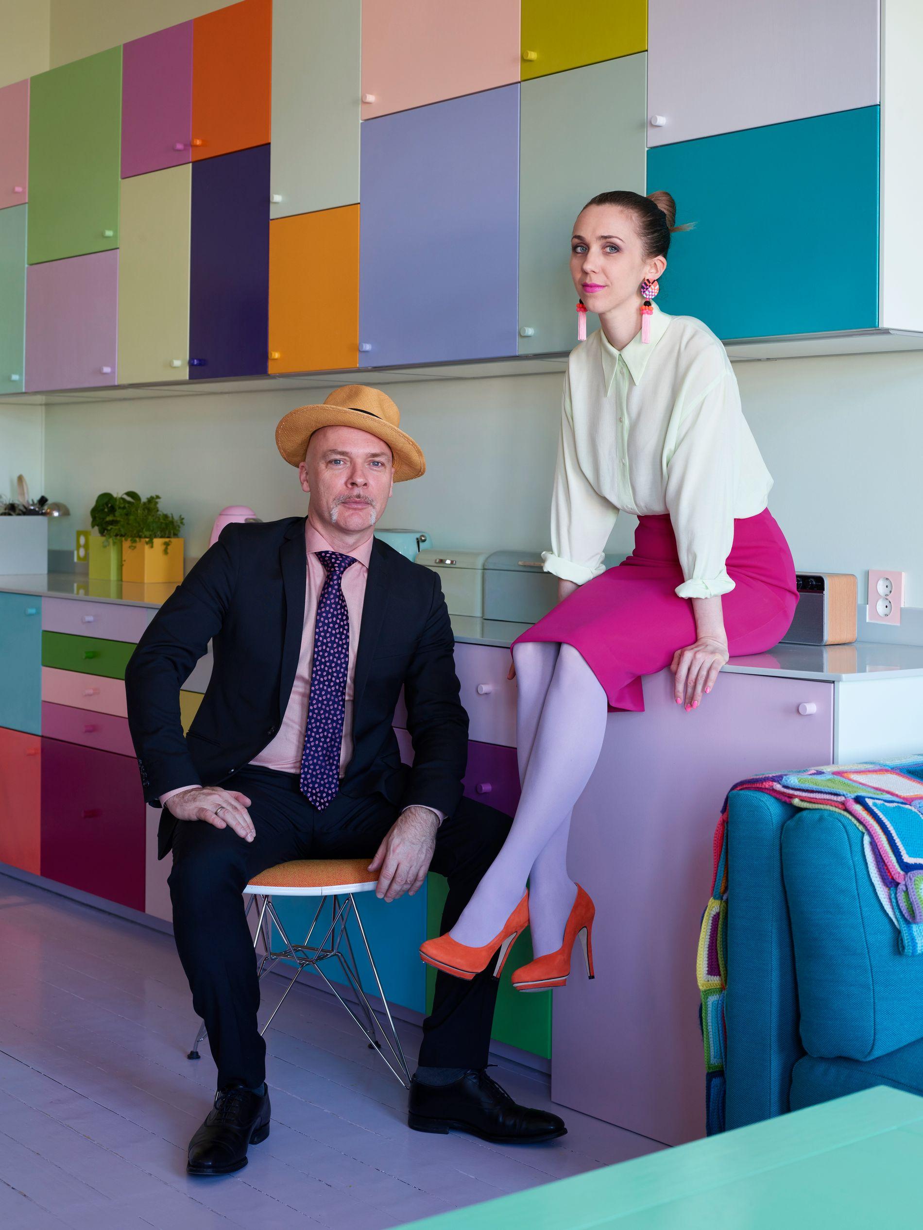 LEKENT: Veggen med kjøkkenskap er blitt til som en lek med former og farger. Basisen er en ordinær innredning av det rimeligere slaget.