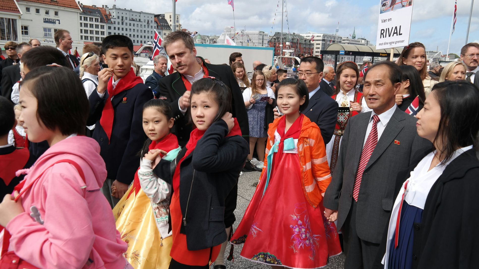 Til samme var det ti nordkoreanere  som gikk i hovedprosesjonen sammen med kunsteren Morten Traavik 17. mai.
