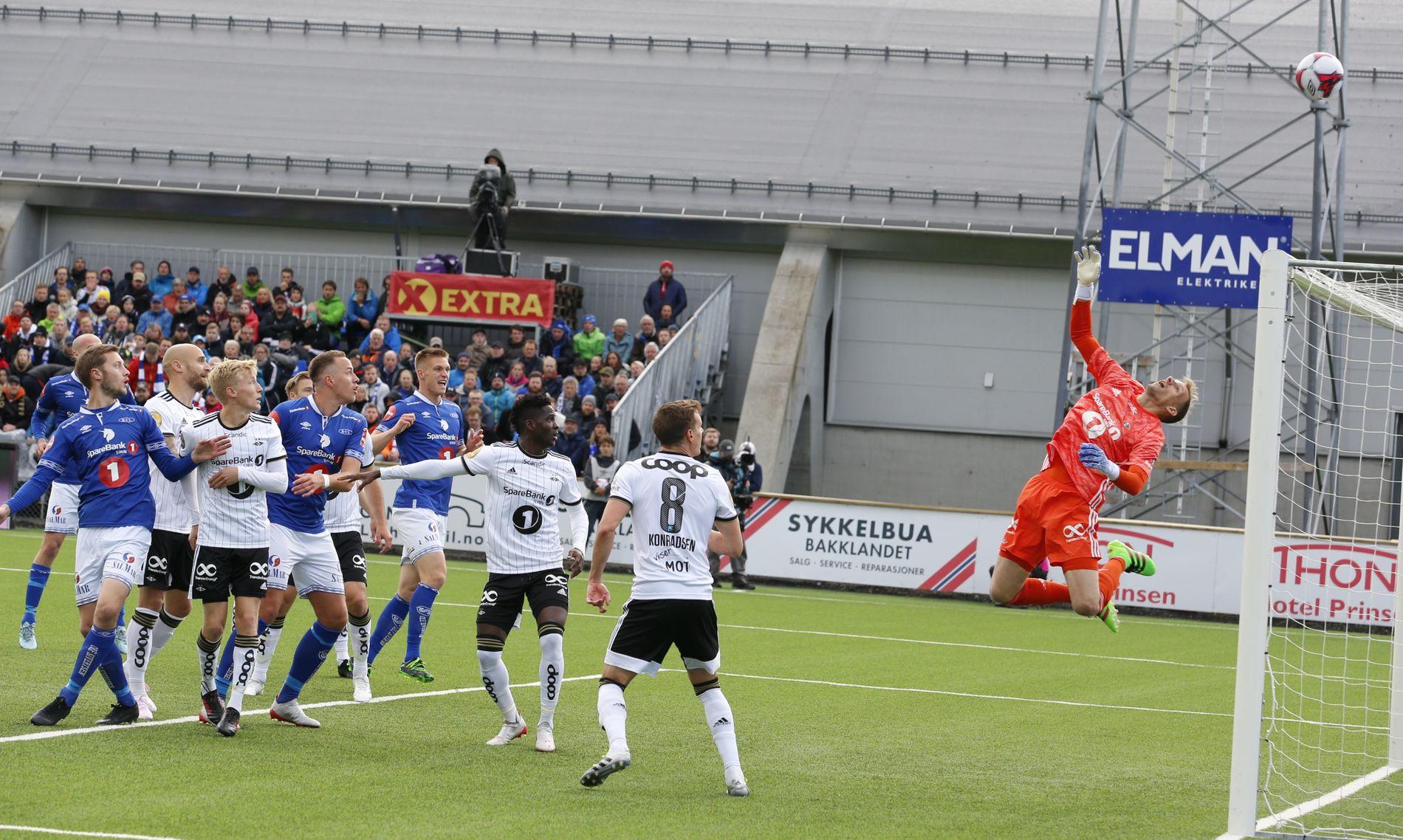 André Hansen klarte akkurat å få hendene på ballen da Eirik Valla Dønnem headet ballen mot mål etter fire minutter.