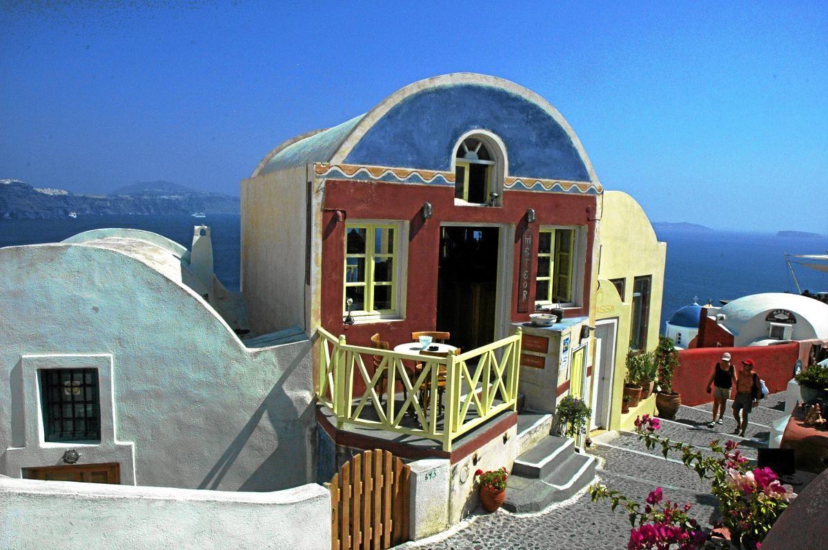 FARGERIKT: Santoroini hadde flere fargerike hus før den militære juntaen tok over på slutten av 60-tallet og krevde alle hus malt hvite av politiske årsaker. Men noen steder på øya finnes det noen hus i andre farger.