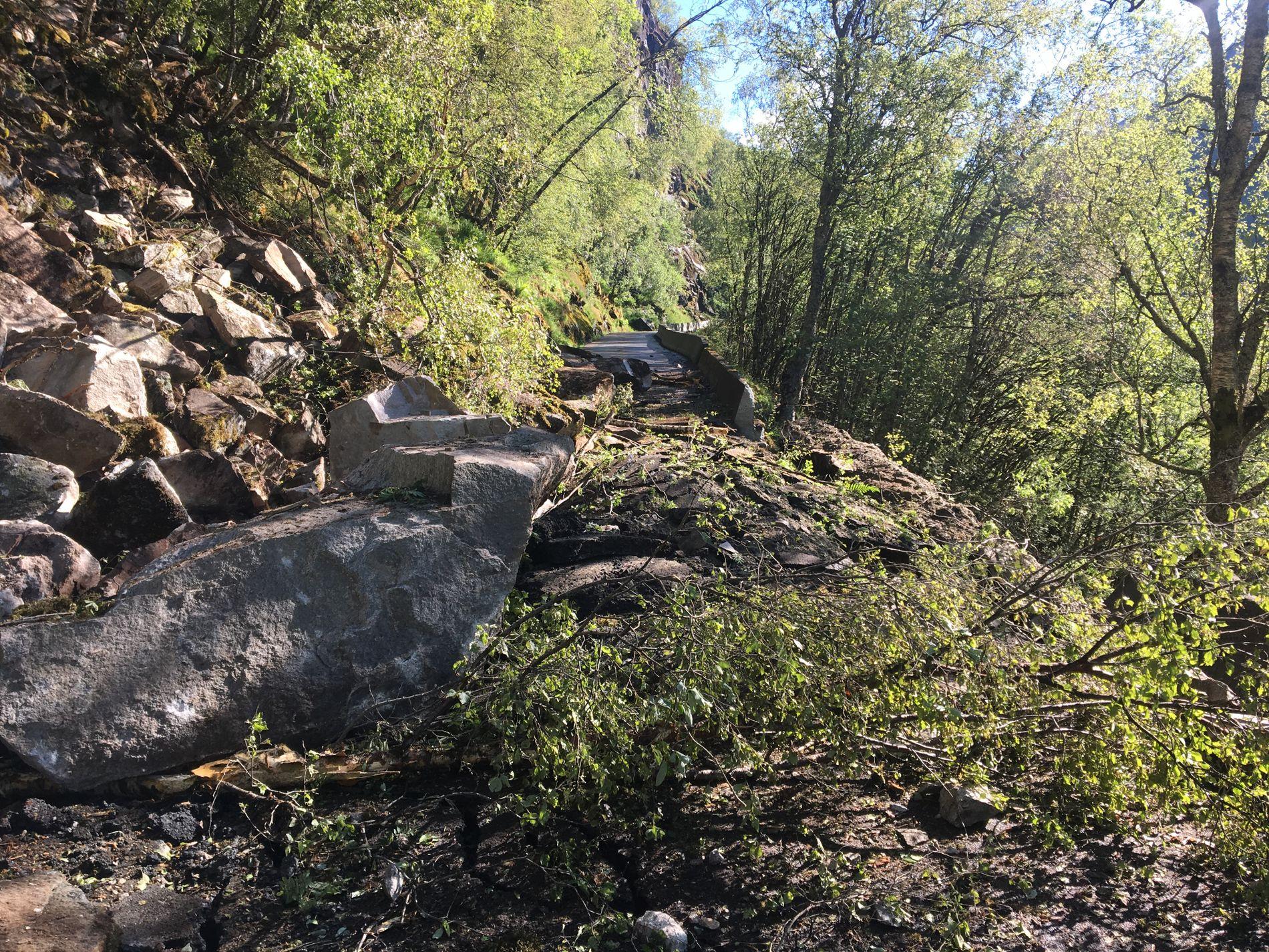 SPERRER VEIEN: Store steiner har rast ut over fylkesvei 381 ved Fossesvingane i Matre.