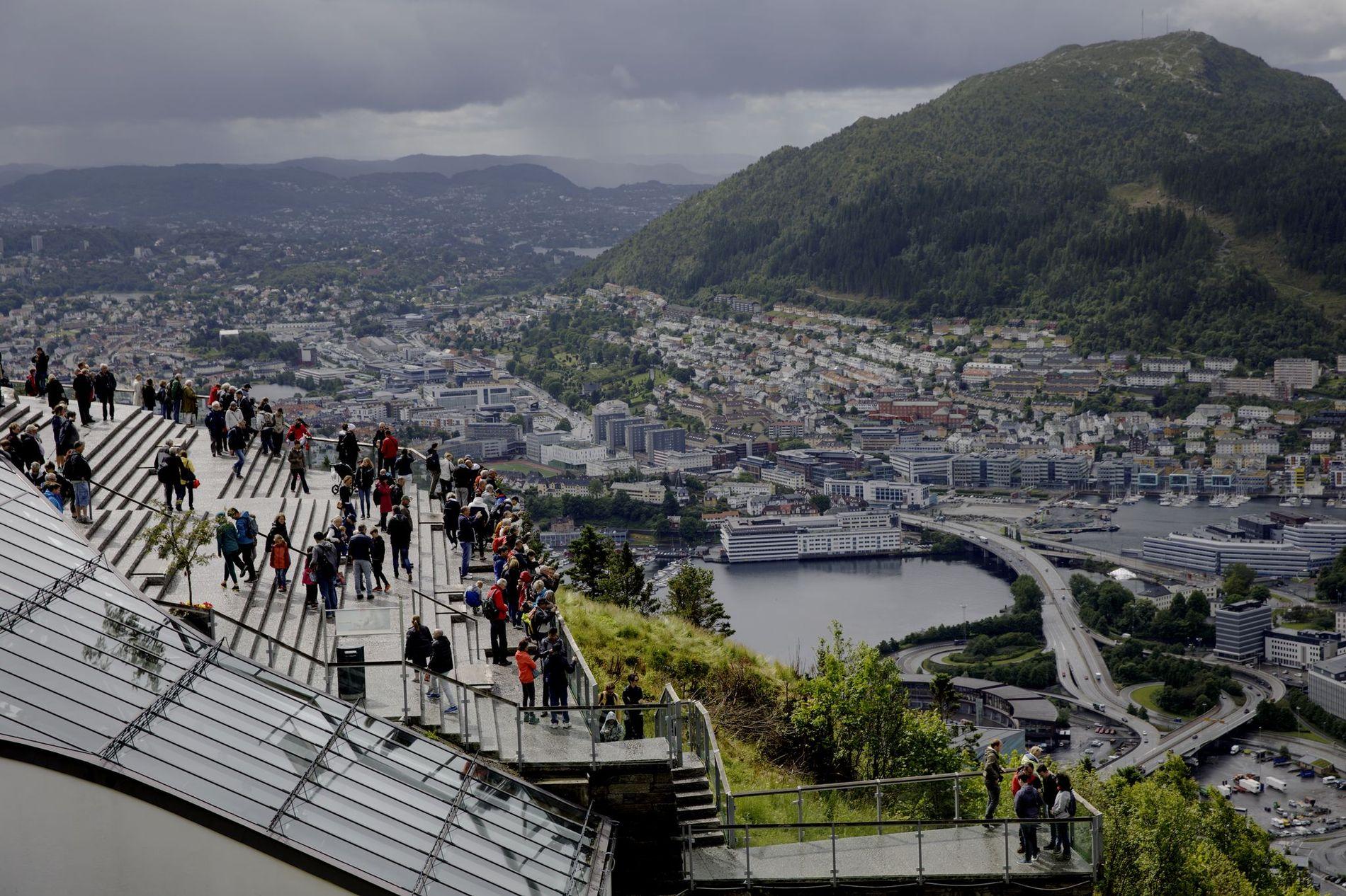 UTFORDRING: Om sommeren er det i overkant mye folk i området rundt Fløibanen, skriver Anders Nyland.